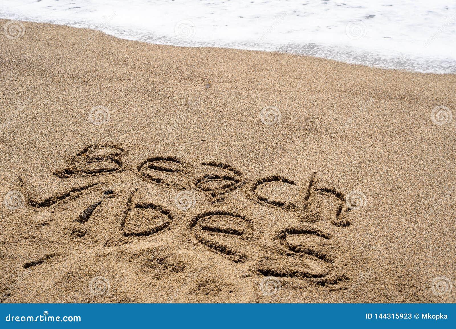 Frase Das Vibraes Da Praia Escrita Na Areia Na Praia Ondas