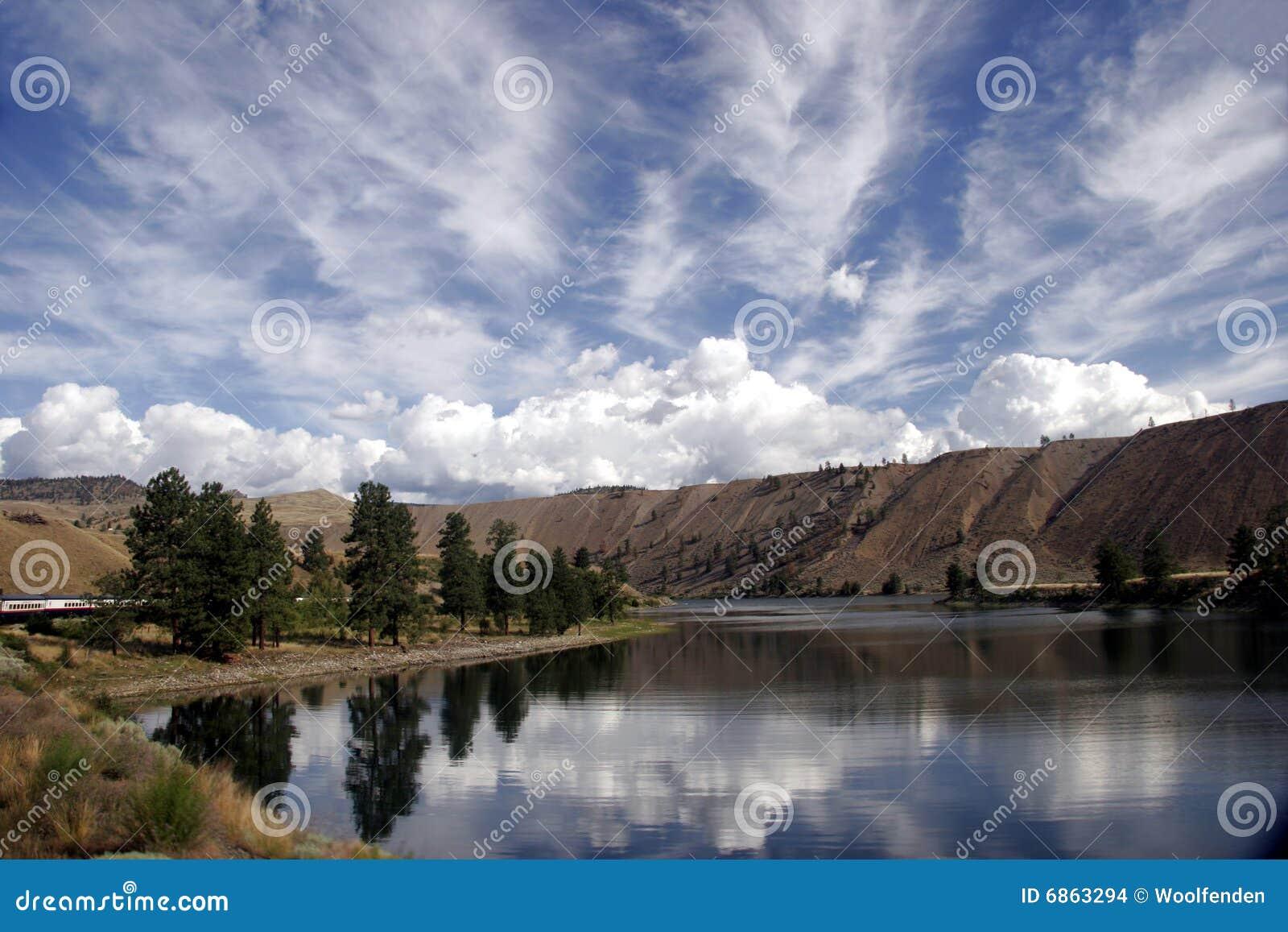 Fraser возглавляет запад реки альпиниста утесистый