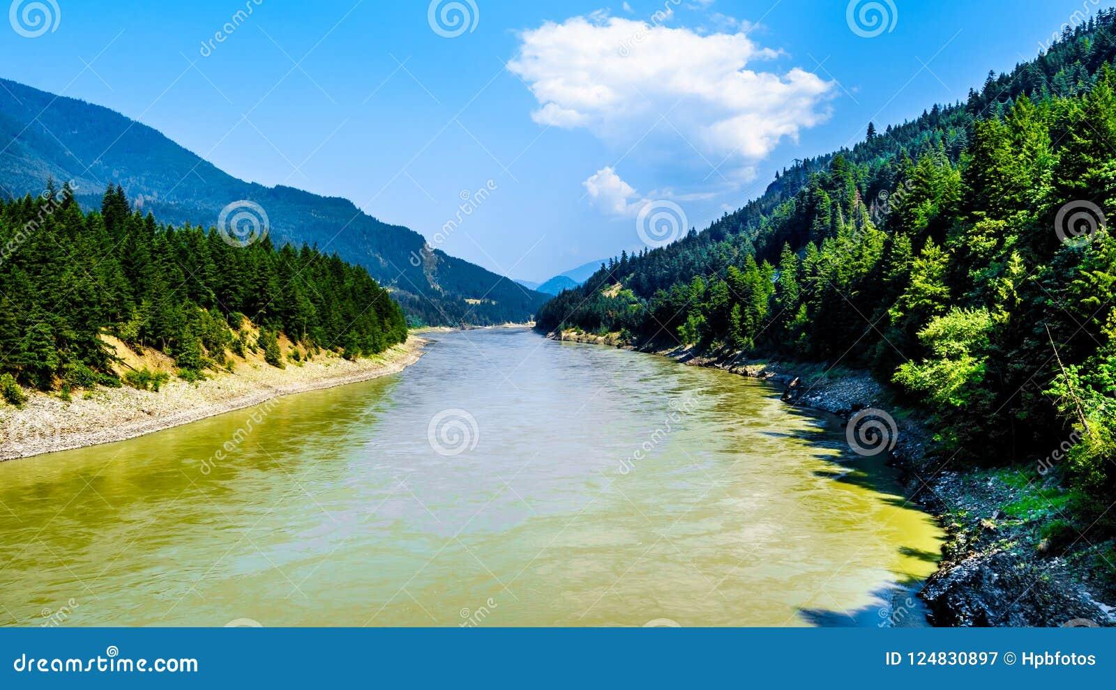 Fraser River die het noorden van de Brug van Radertjeharrington in de Fraser-canion in BC Canada kijken