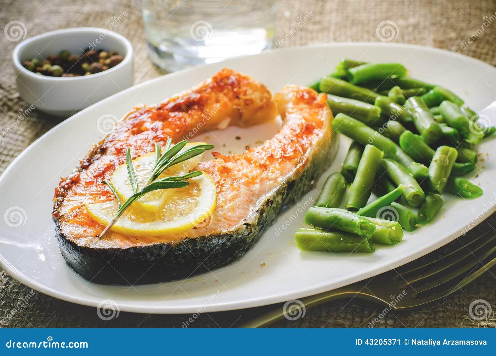 Download Frasig Grillad Laxbiff Med Haricot Vert Fotografering för Bildbyråer - Bild av lunch, skaldjur: 43205371