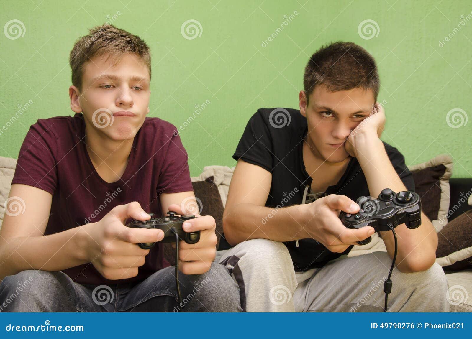 Fratelli che giocano noia dei video giochi