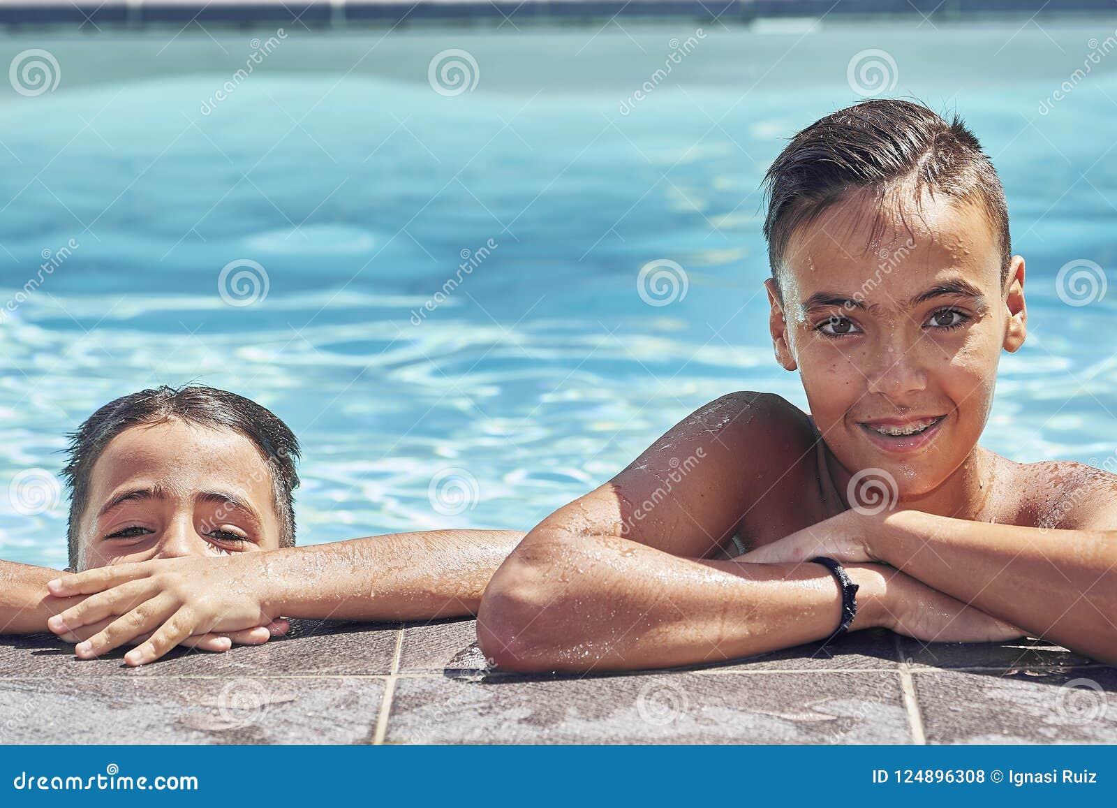 Fratelli con gli occhi verdi nella piscina