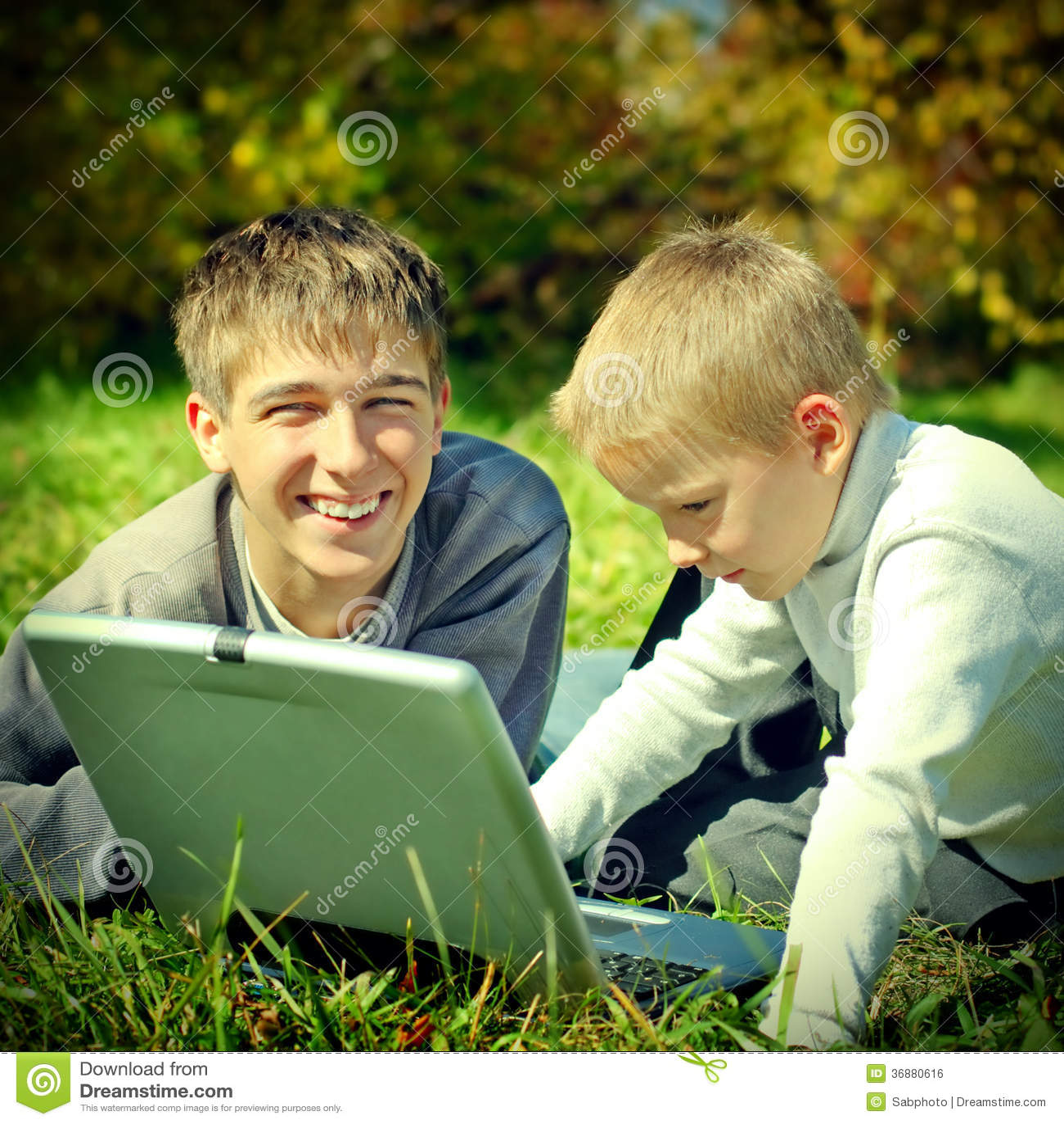 Download Fratelli Con Il Computer Portatile Fotografia Stock - Immagine di divertimento, portatile: 36880616