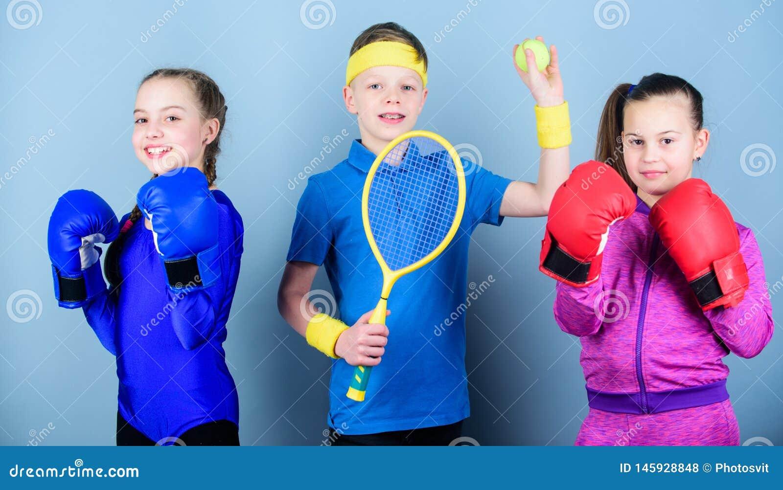 Fratelli germani sportivi Modi aiutare i bambini a trovare sport che godono di Gli amici aspettano per addestramento di sport Il