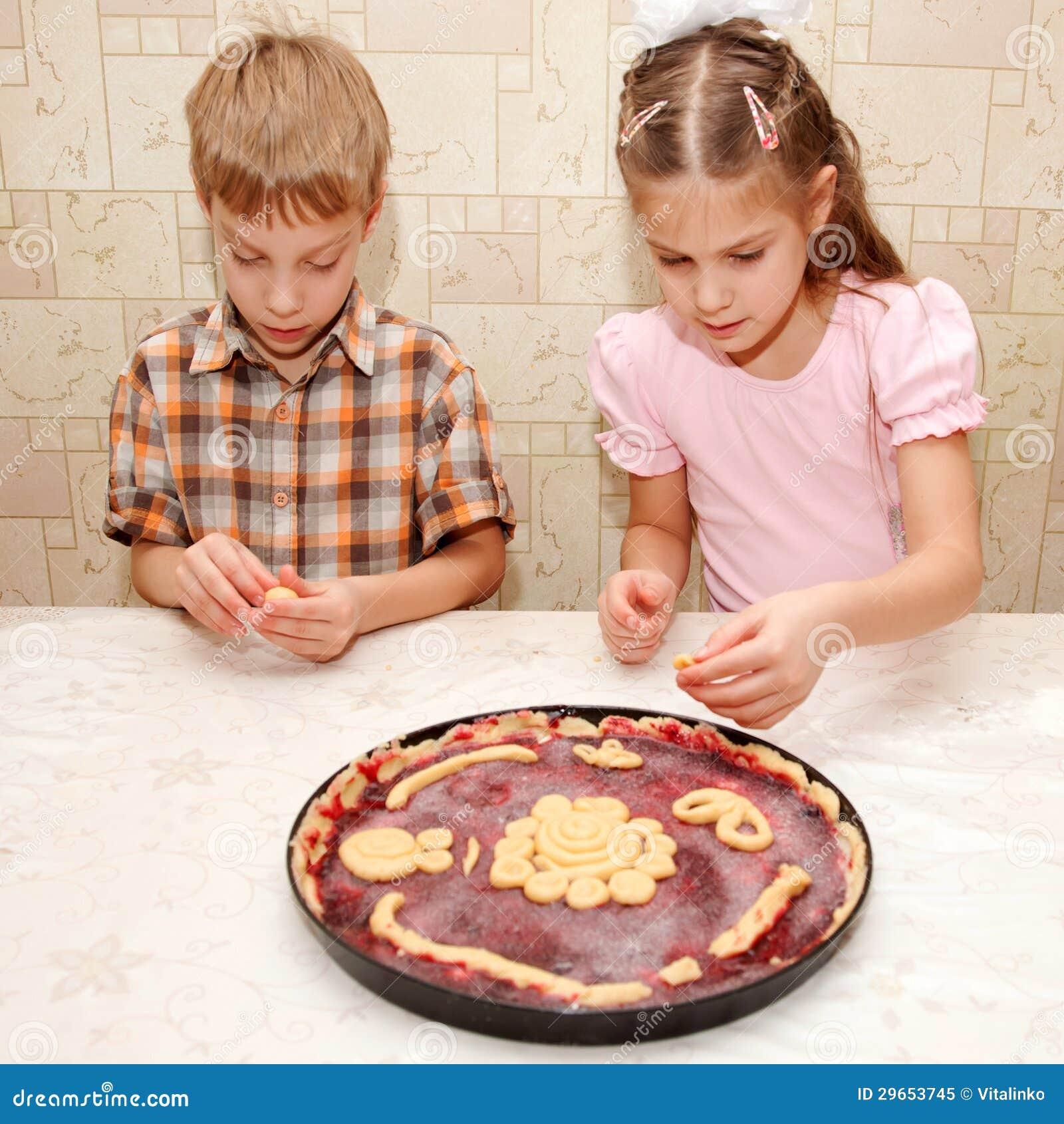 Fratello e sorella che cucinano un grafico a torta - Fratello e sorella a letto insieme ...