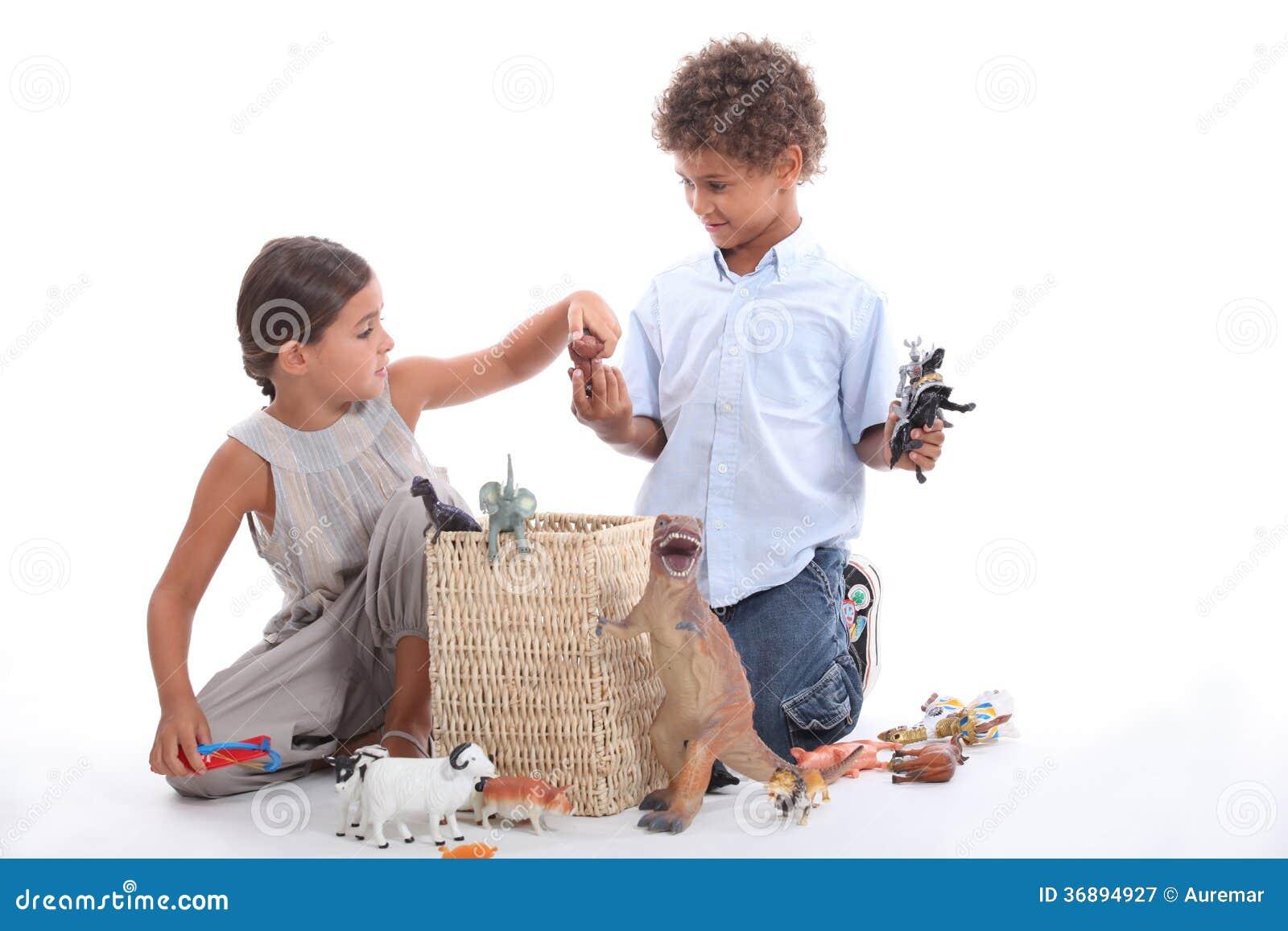 Download Fratello E Sorella Che Giocano Con Il Giocattolo Immagine Stock - Immagine di prestazioni, barretta: 36894927