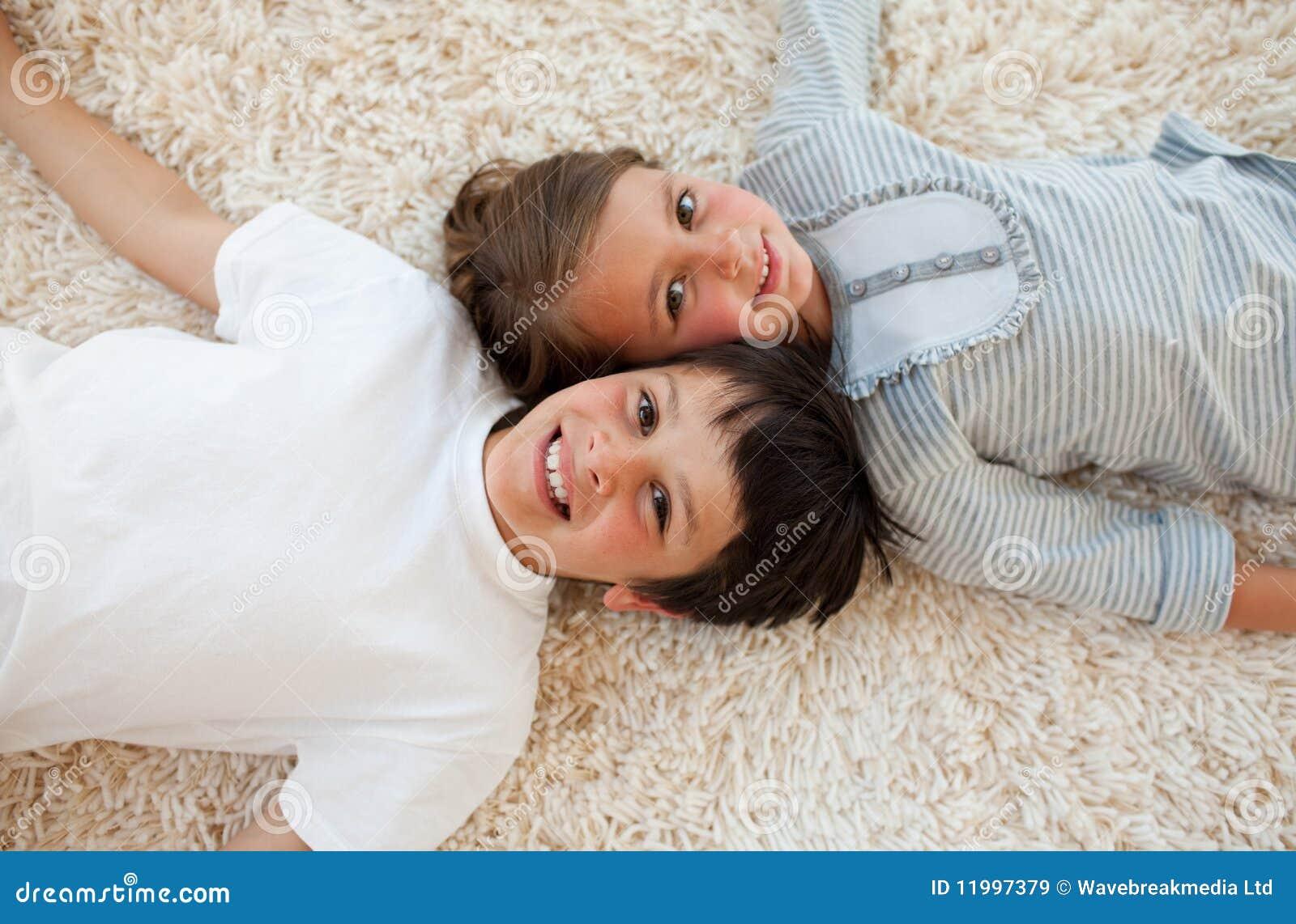 Fratello e sorella che si trovano sul pavimento immagini - Fratello e sorella a letto insieme ...