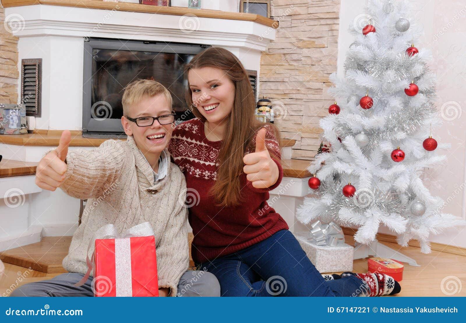 Regali Di Natale Fratello.Fratello E Sorella Felici Con I Regali Nella Notte Di Natale