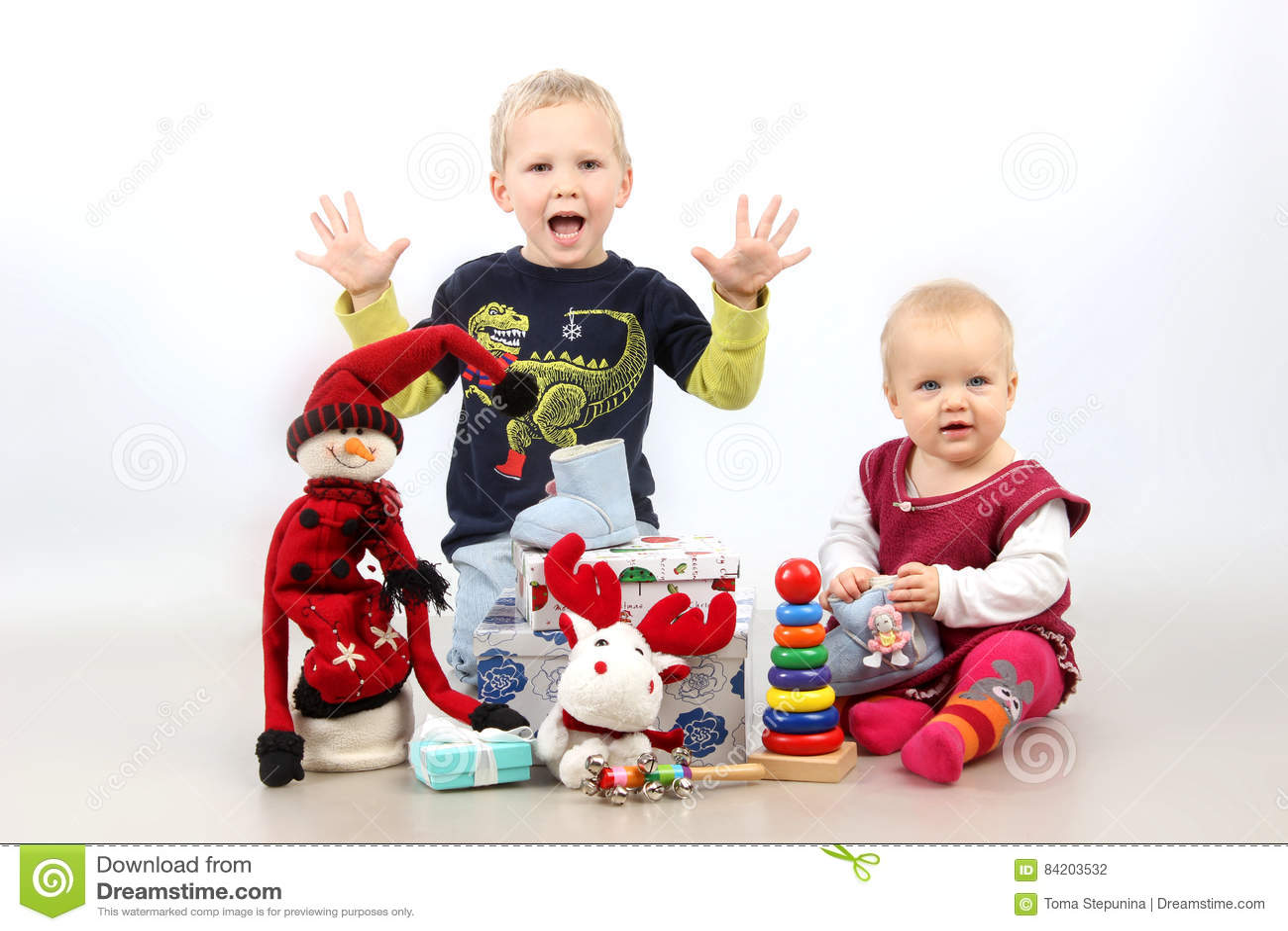 Regali Di Natale Fratello.Fratello Piccolo E Sorella Che Si Siedono Con I Regali Ed I