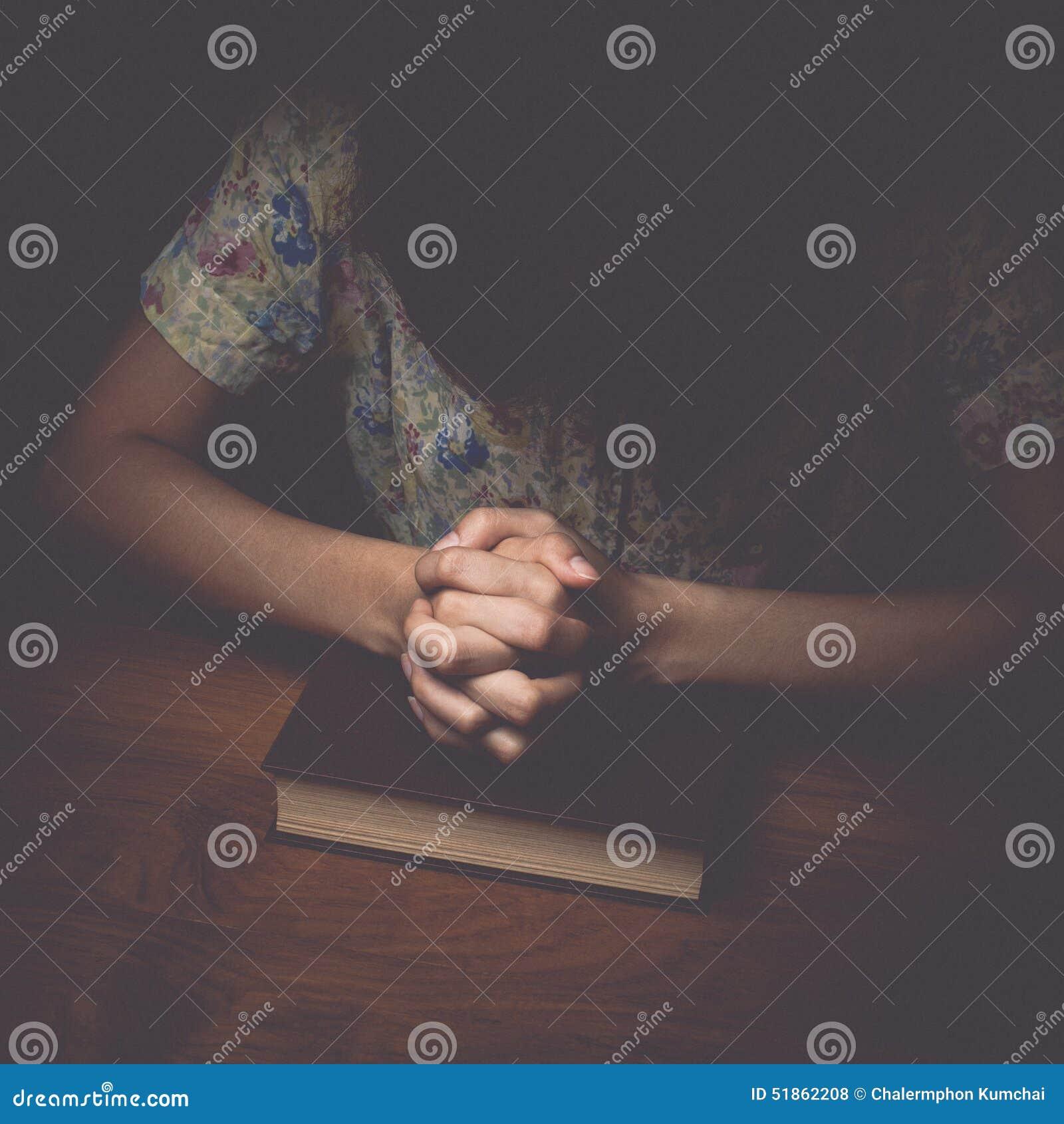 Frau übergibt das Beten mit einer Bibel, Weinleseton