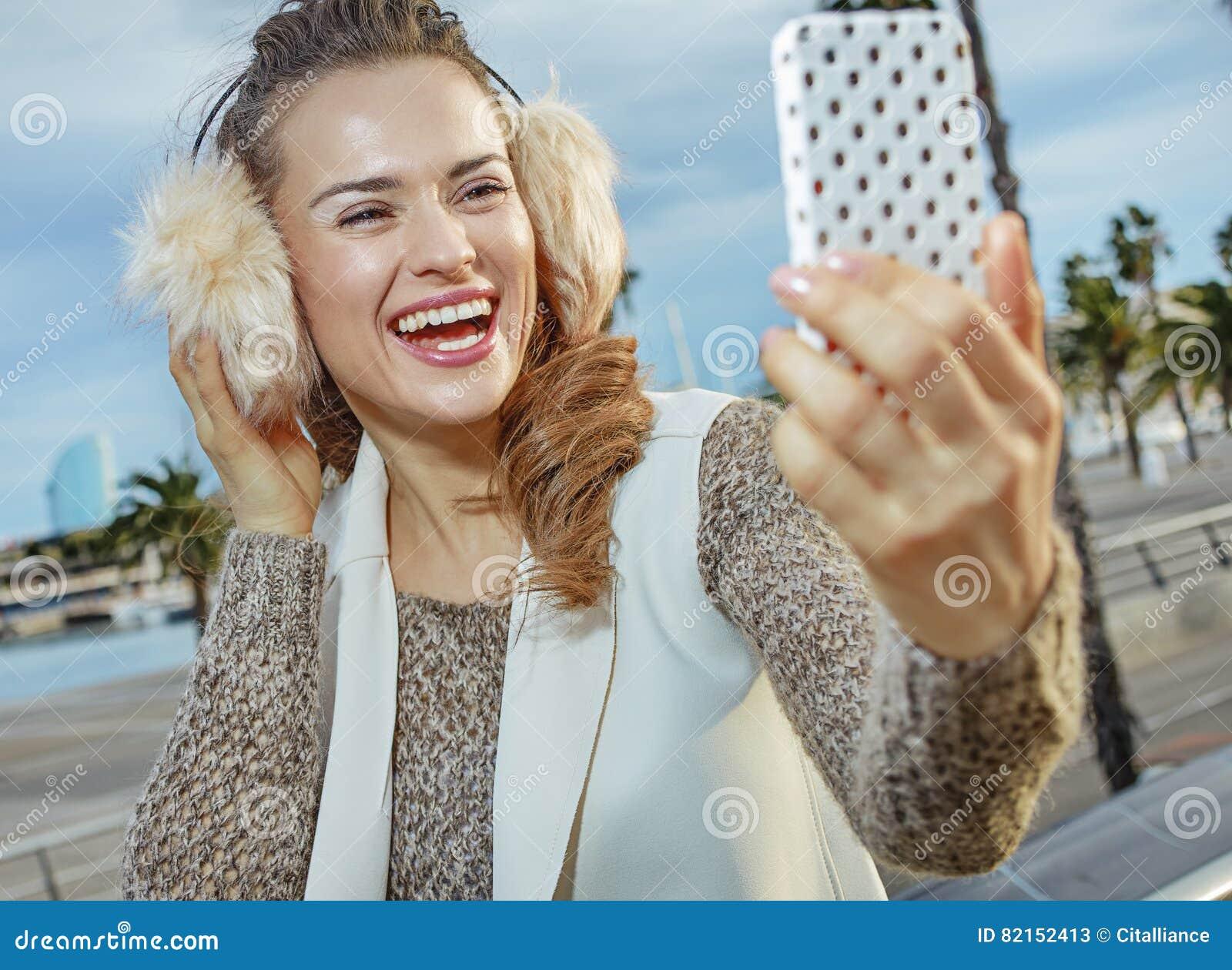 Frau Auf Damm In Barcelona, Das Selfie Mit Smartphone