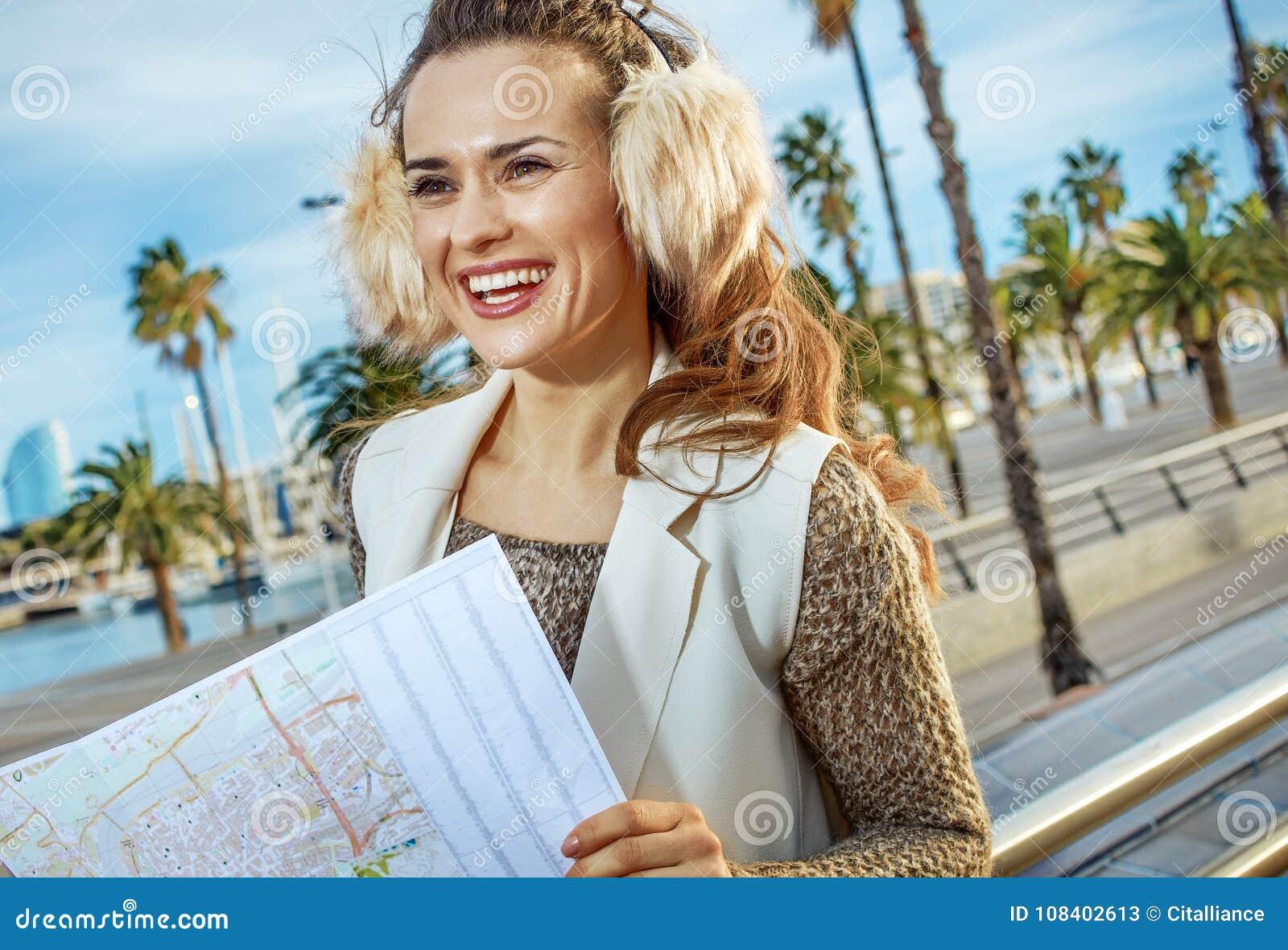 Frau Auf Damm In Barcelona Mit Der Karte, Die Abstand