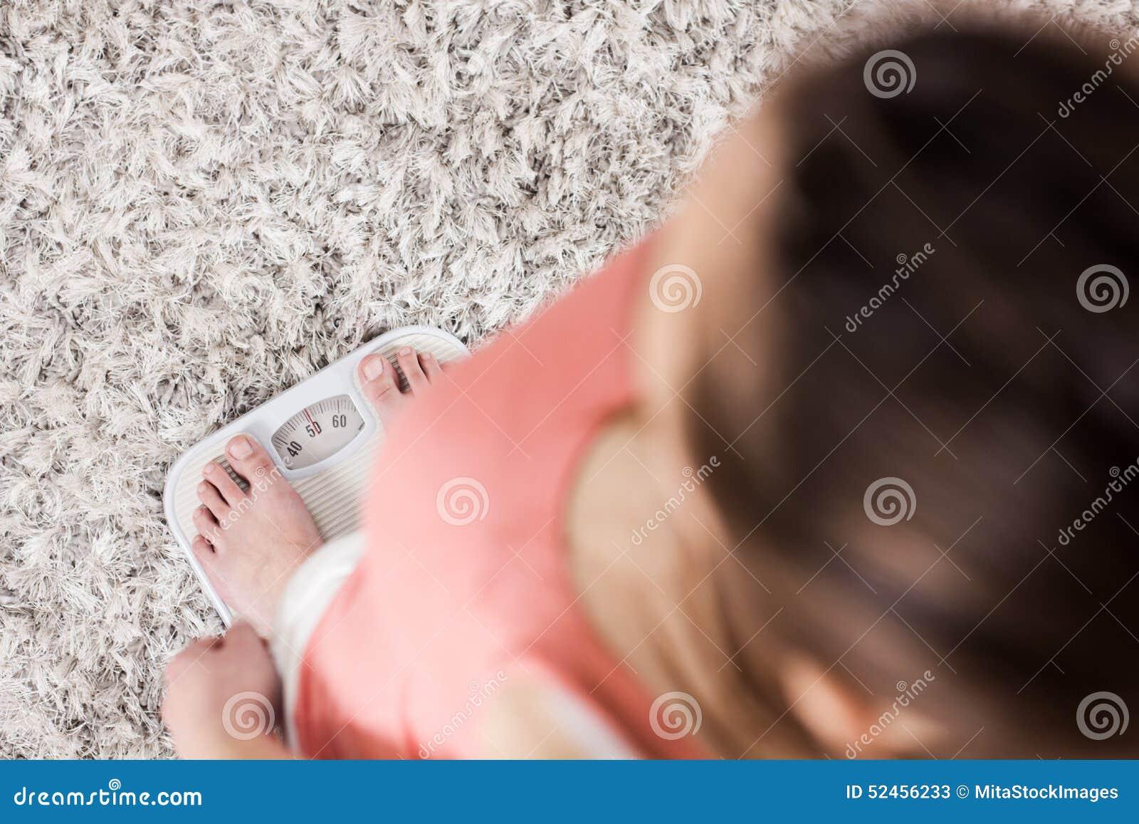 Frau auf Skala-messendem Gewichtsverlust