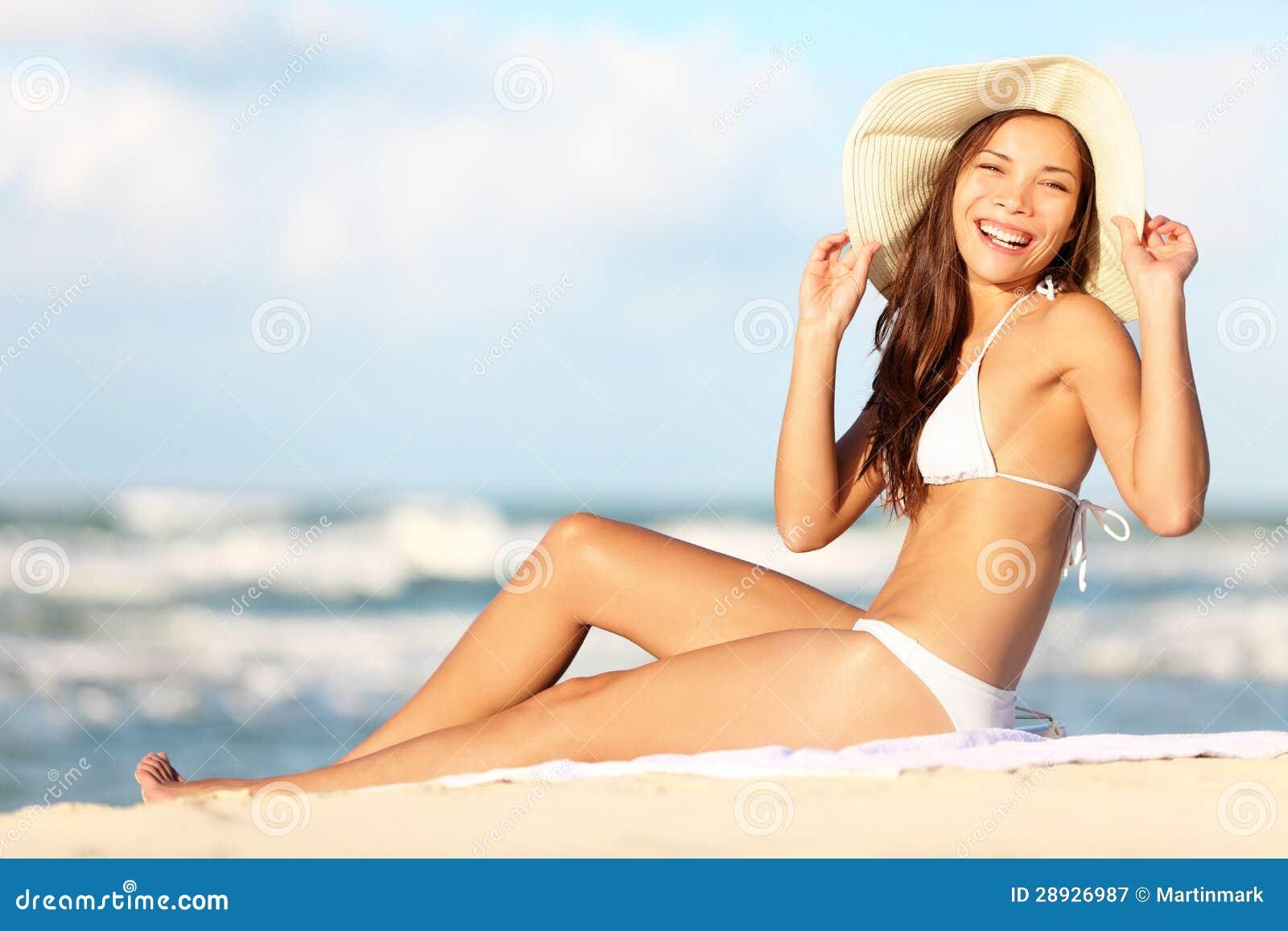 Frau auf Strand die Sonne genießend glücklich