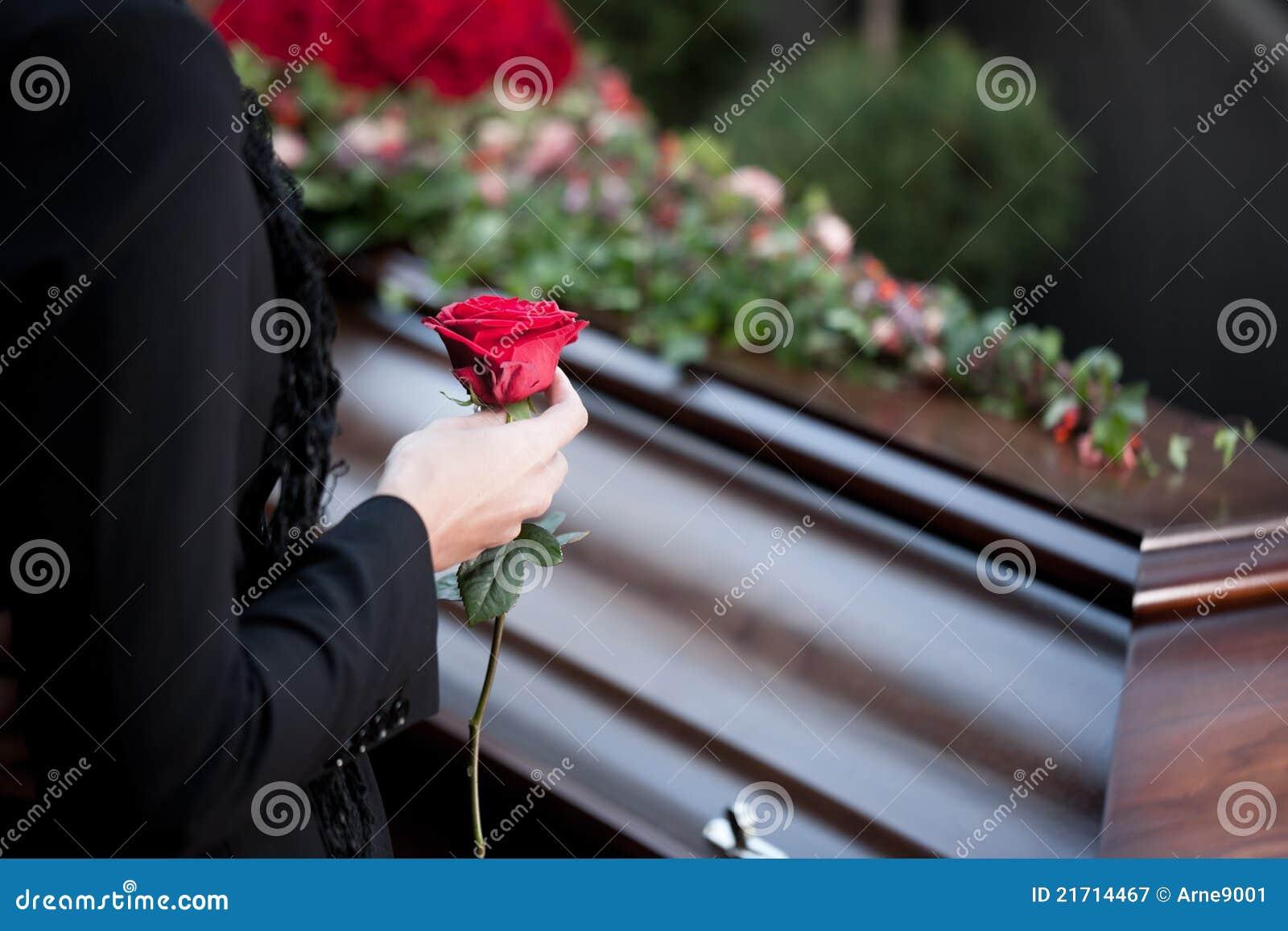 Frau am Begräbnis mit Sarg