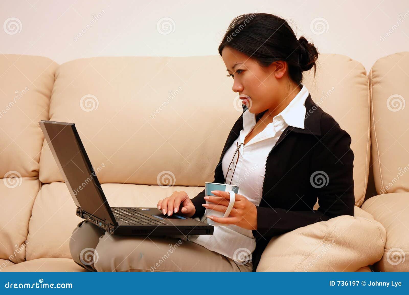 Frau bei der Arbeit vom Haus