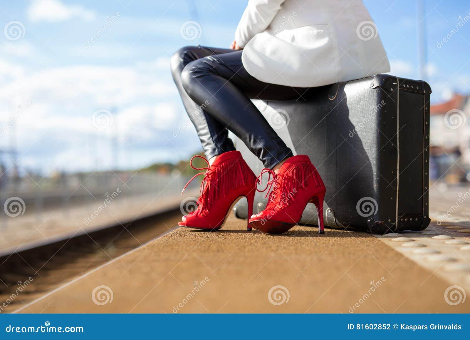 Frau in den hohen Absätzen an der Bahnstation