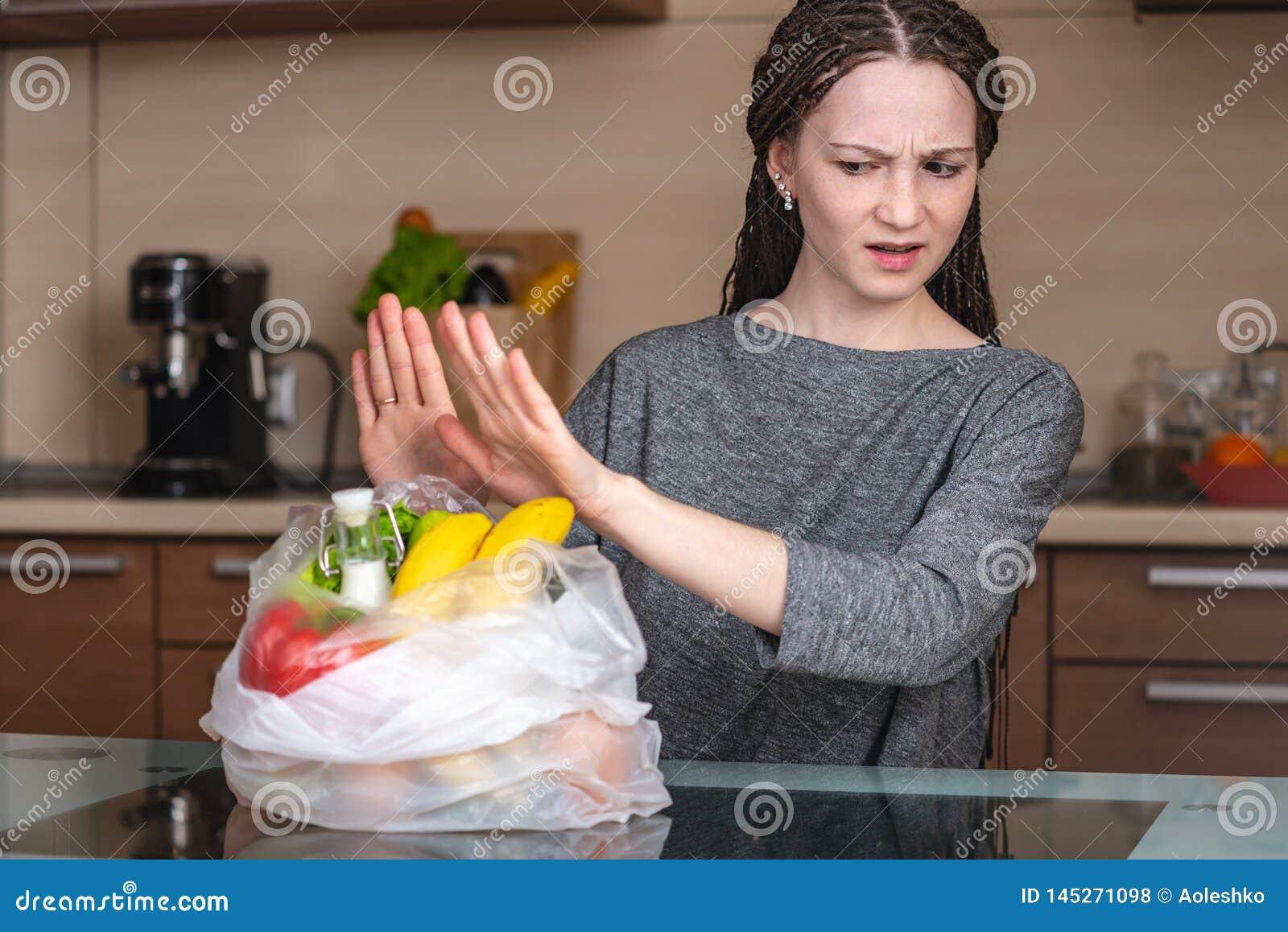 Frau denkt die abzulehnen, eine Plastiktasche zu benutzen, um Produkte zu kaufen Umweltschutz und das Aufgeben des Plastiks