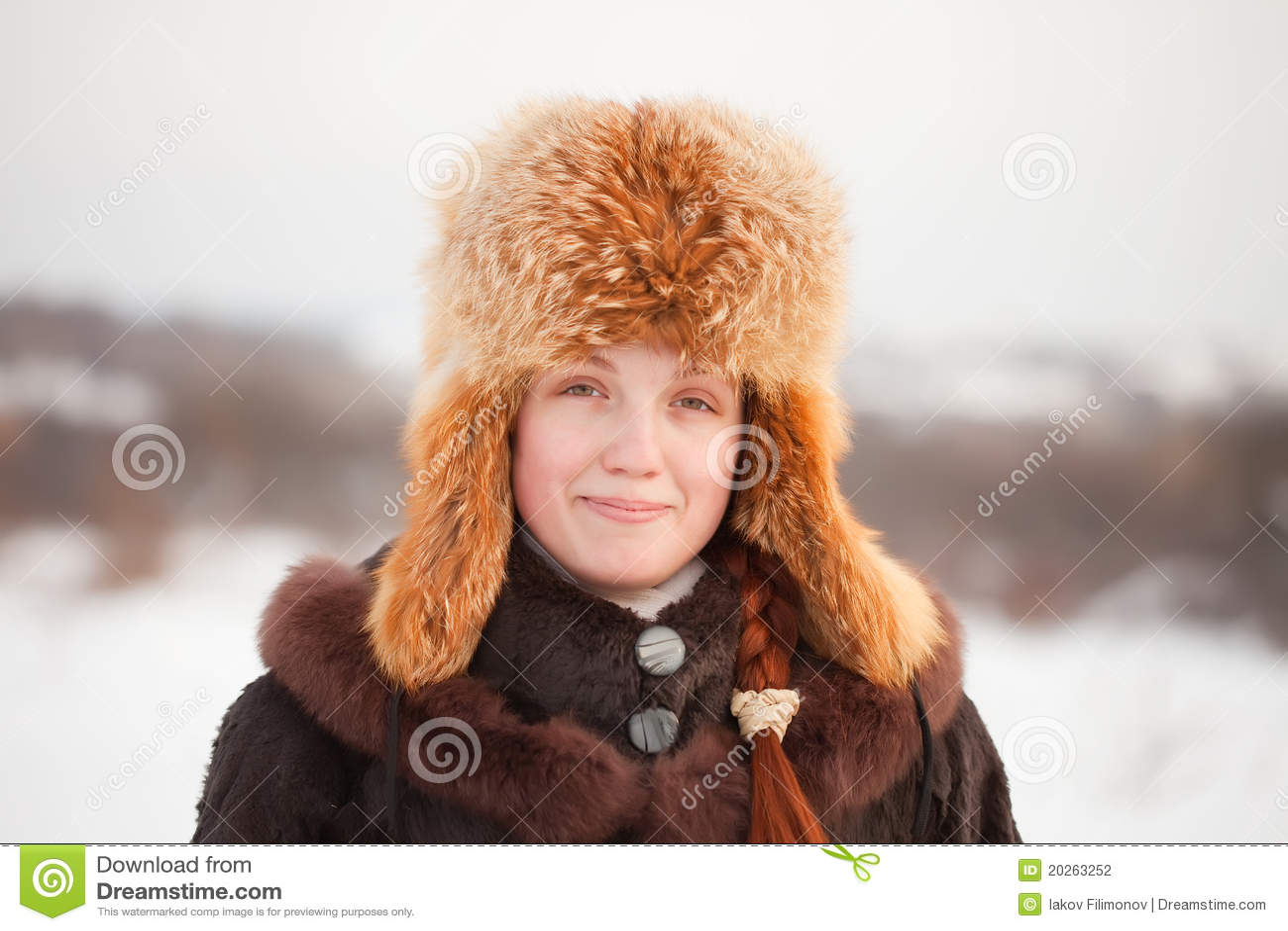 Frau in der Mantel- und Pelzschutzkappe