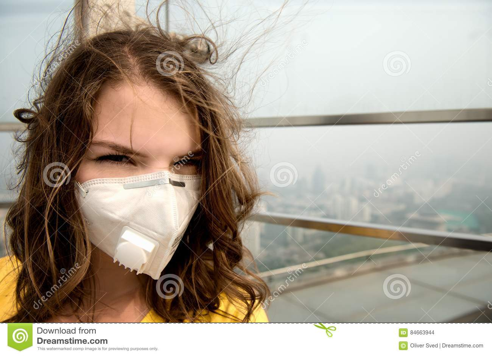 Frau in der medizinischen Maske gegen die Luftverschmutzung