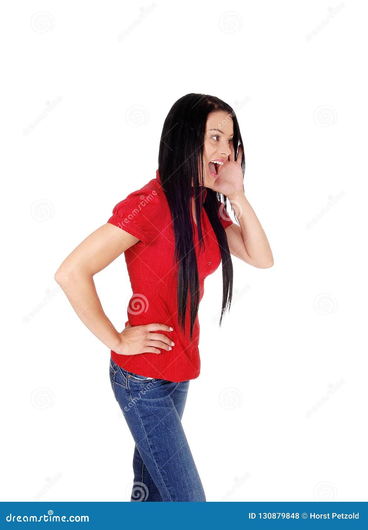 7c82265b16da0b Ein dünnes Stellungsprofil der jungen Frau in den Jeans und in der roten  Bluse mit einem Hand auf ihrem Mund und dem Schreien, lokalisiert für weißen  ...