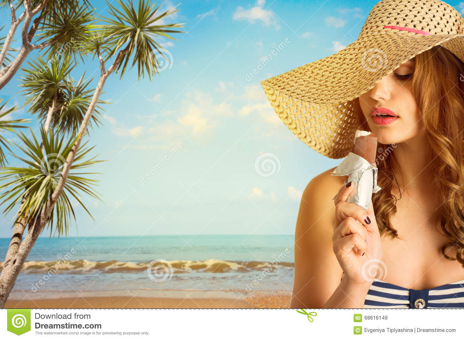 Frau in der Sonnenbrille mit Eiscreme