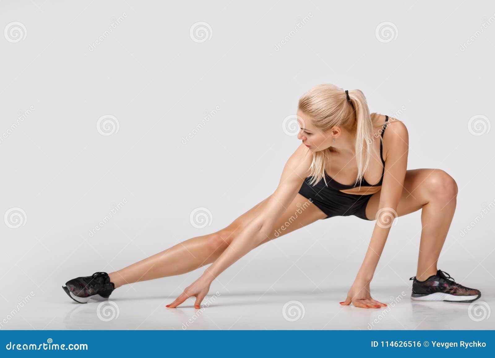 Frau in der Sportkleidung tut Übungen