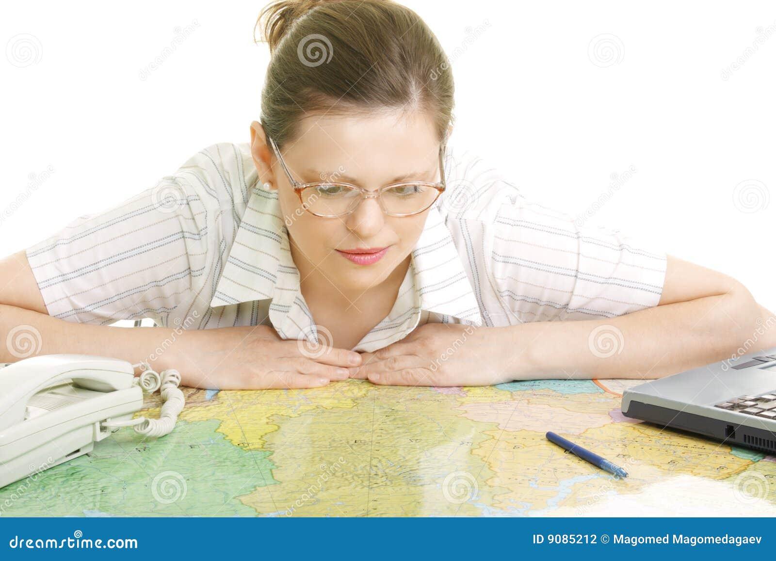 Frau, die über Karte verbiegt