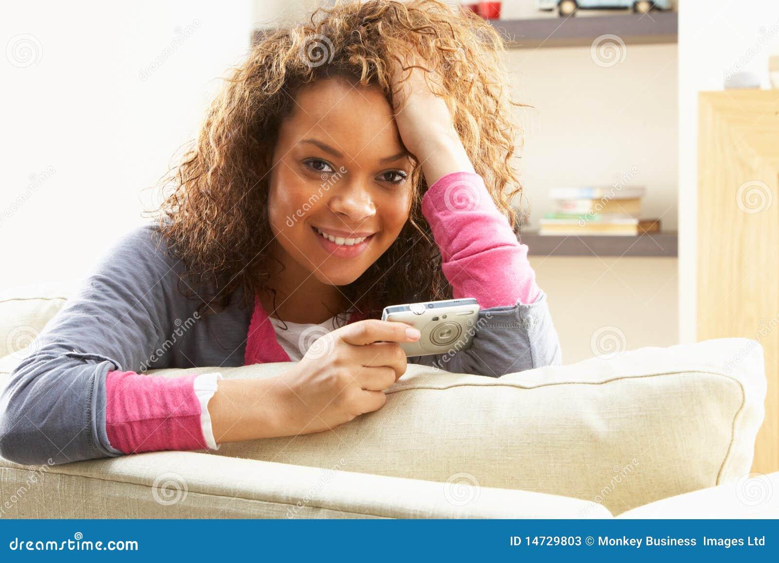 Frau, die Abbildungen auf Digitalkamera betrachtet