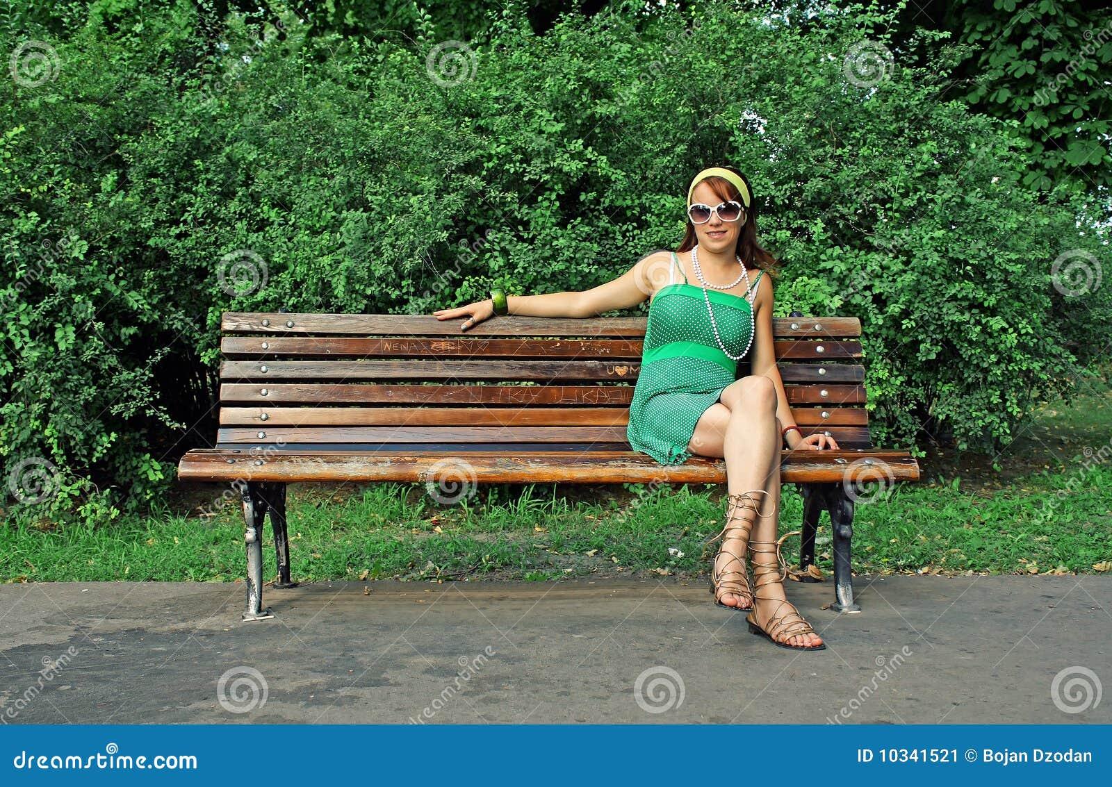 frau die alleine auf bank sitzt stockbild bild von jung aufwartung 10341521. Black Bedroom Furniture Sets. Home Design Ideas