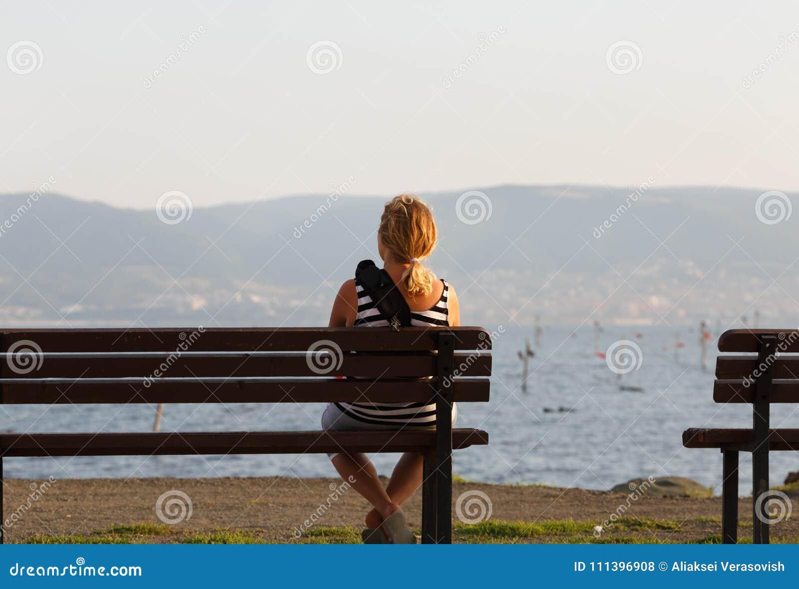Frau, die auf Bank sitzt