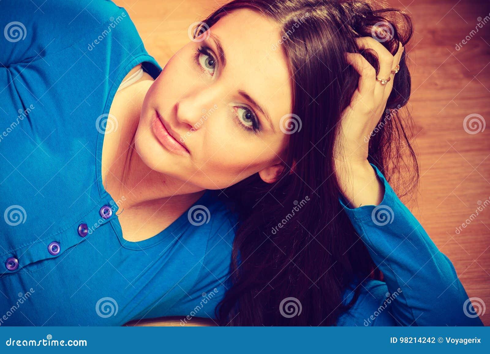 Frau, Die Auf Dem Boden Zeigt Ihren Schwangeren Bauch