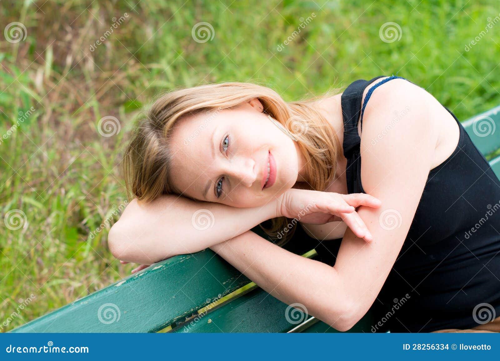 Frau, die auf der Bank sitzt