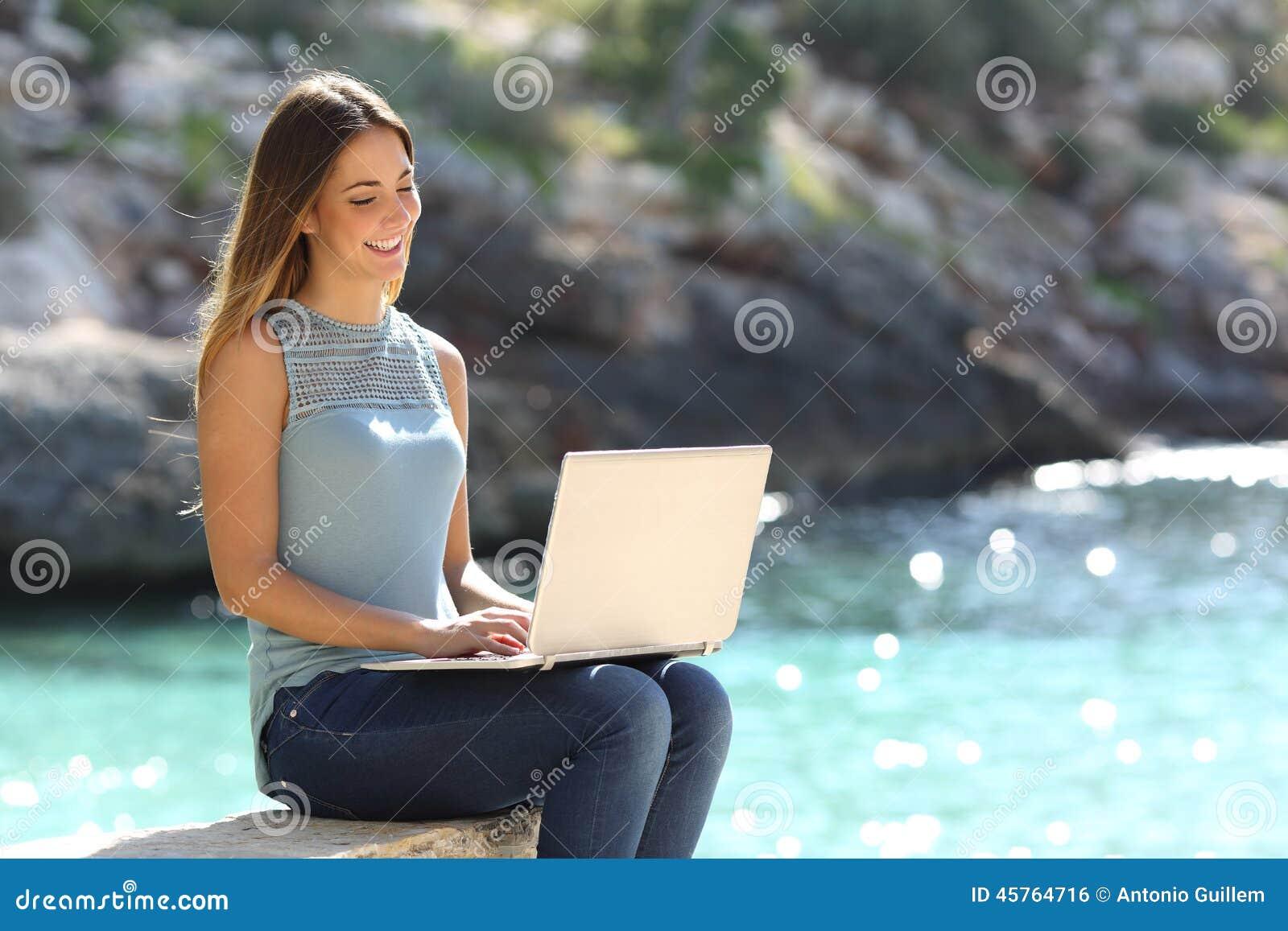 0a35aa87e685 Frau, Die Auf Einem Laptop In Einem Tropischen Strand Schreibt ...