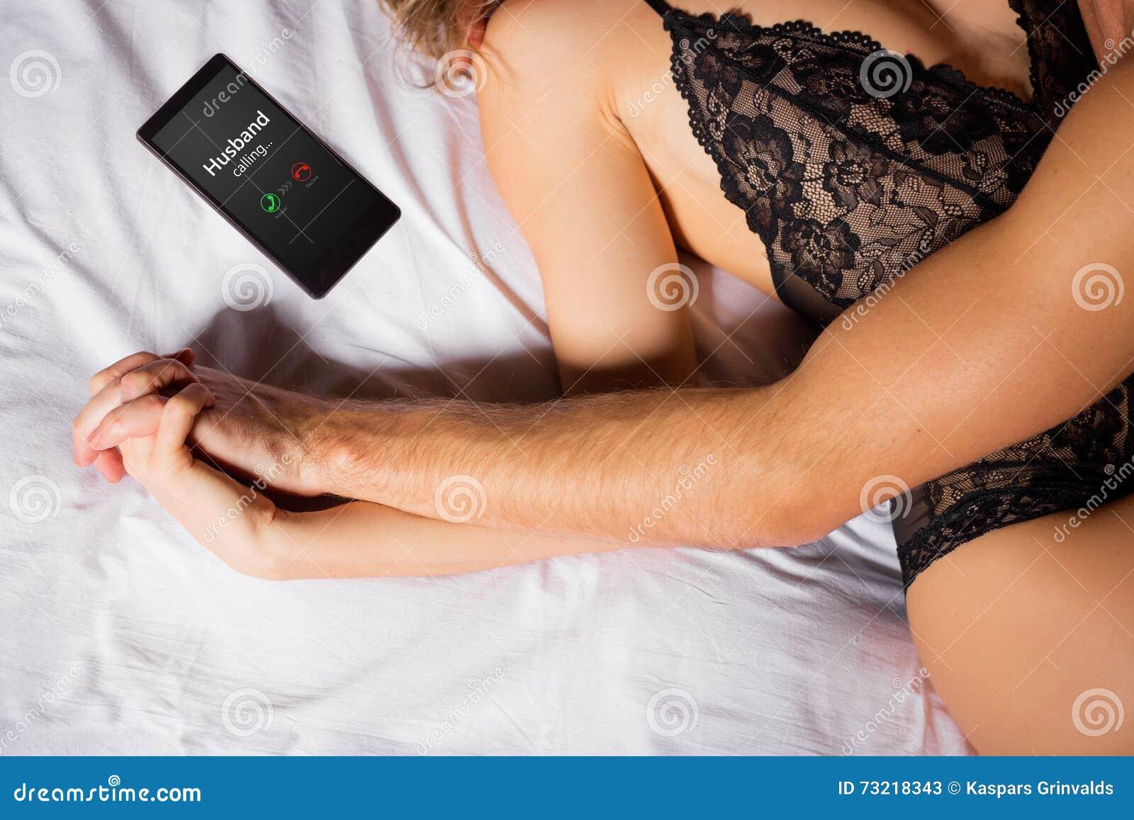 Frau, die auf ihrem Ehemann betrügt