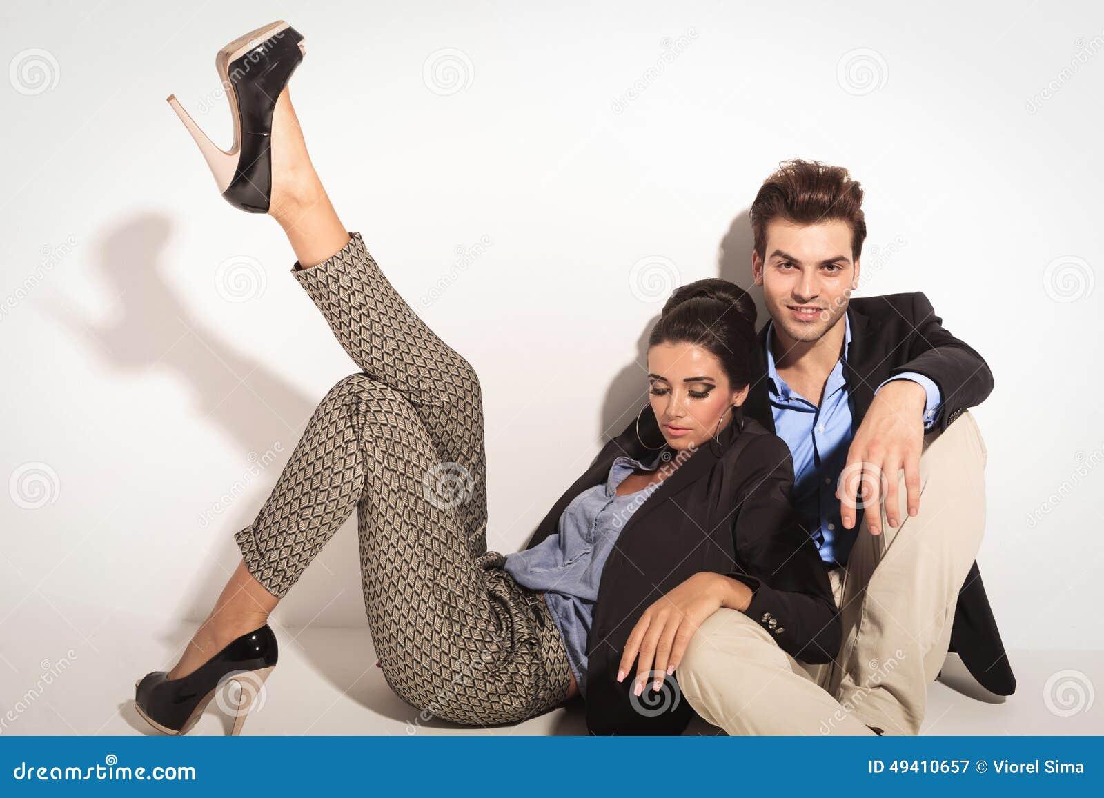 Download Frau, Die Auf Ihrem Freund Sitzt Und Sich Lehnt Stockbild - Bild von glücklich, attraktiv: 49410657