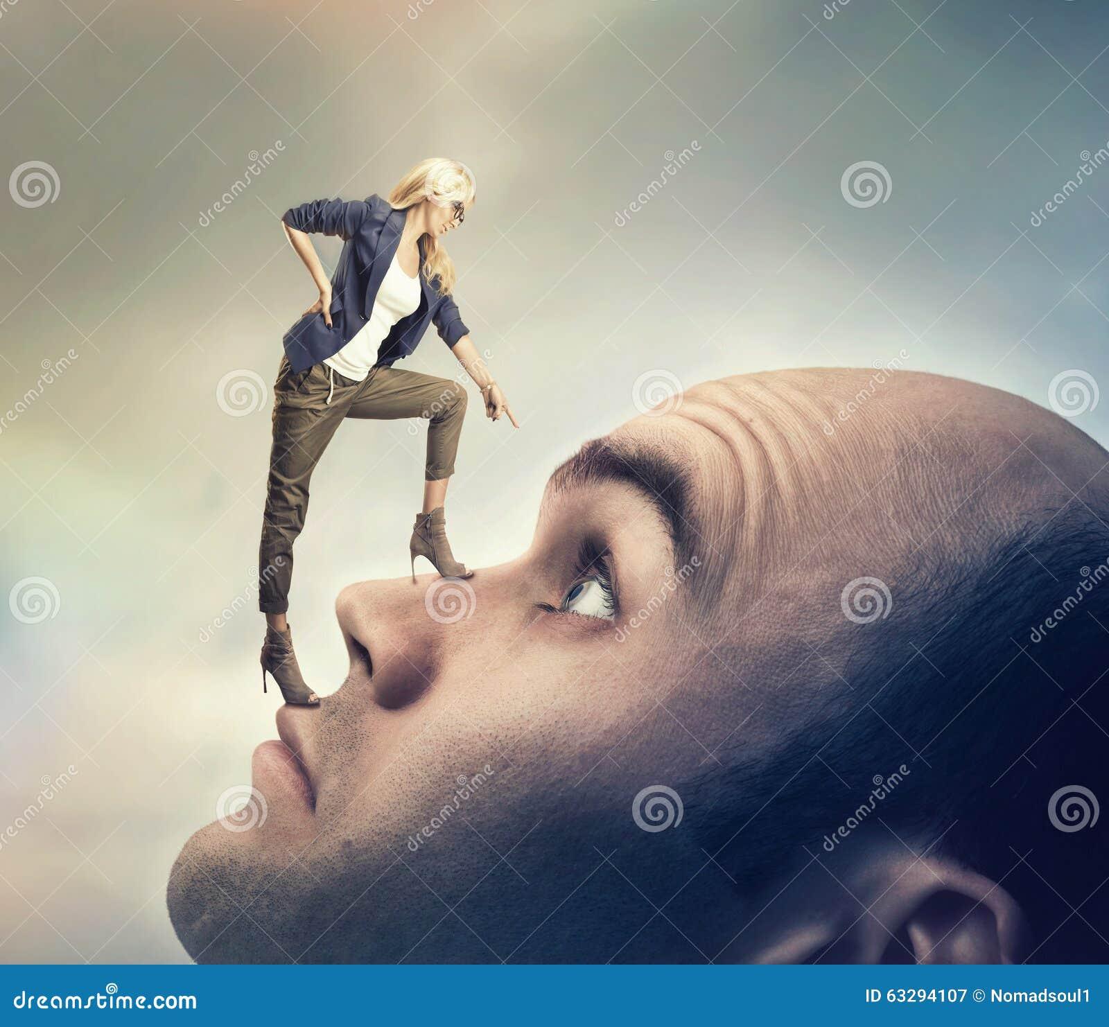 Frau, die auf männlichem Gesicht steht