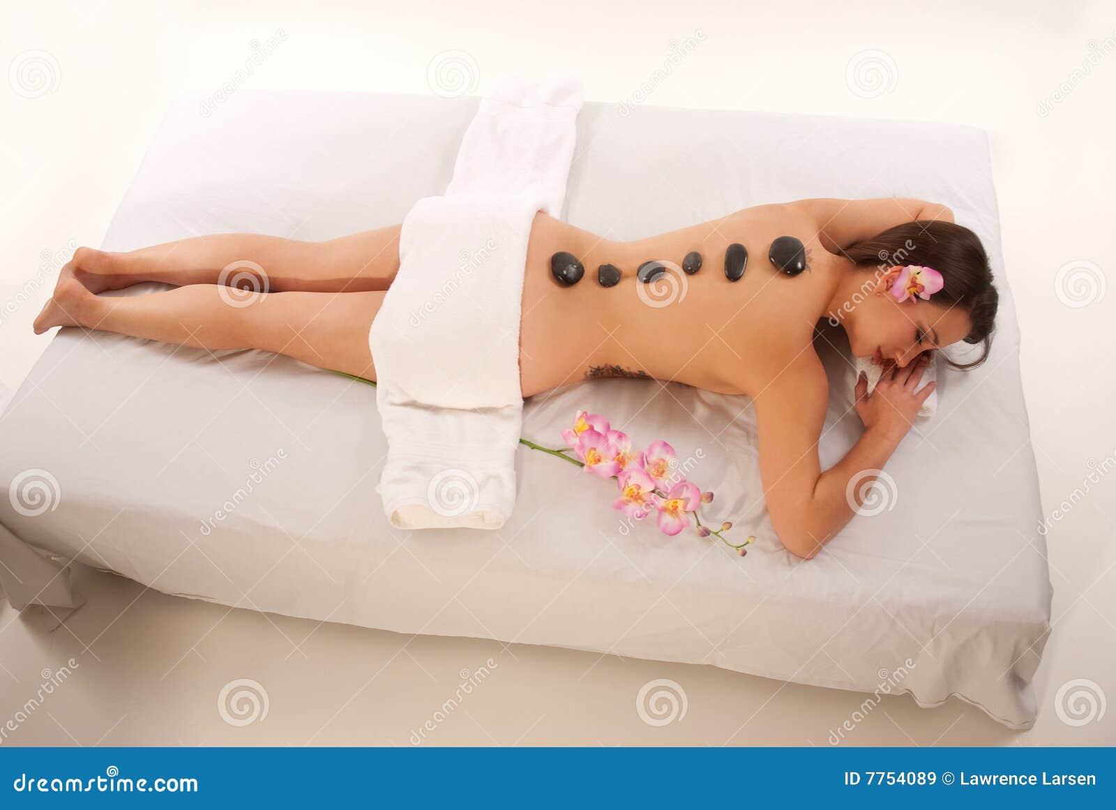 Frau, die auf Massage-Tabelle sich entspannt