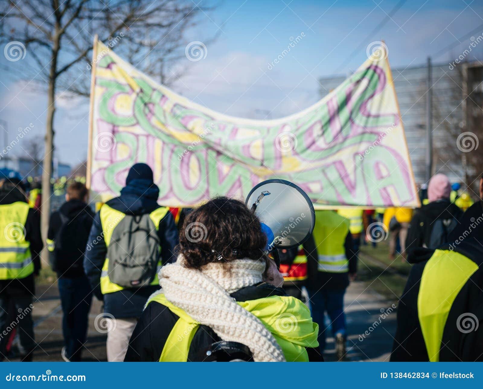 Frau, die auf Megaphonprotest Frankreich schreit
