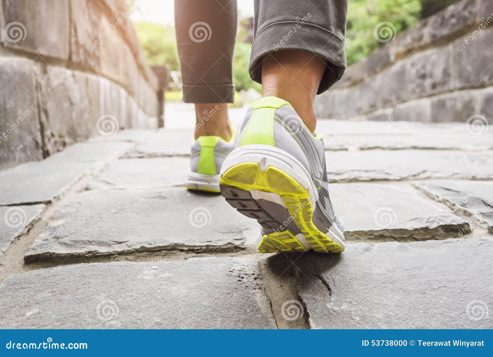 Frau, die auf Spur, Übung im Freien geht