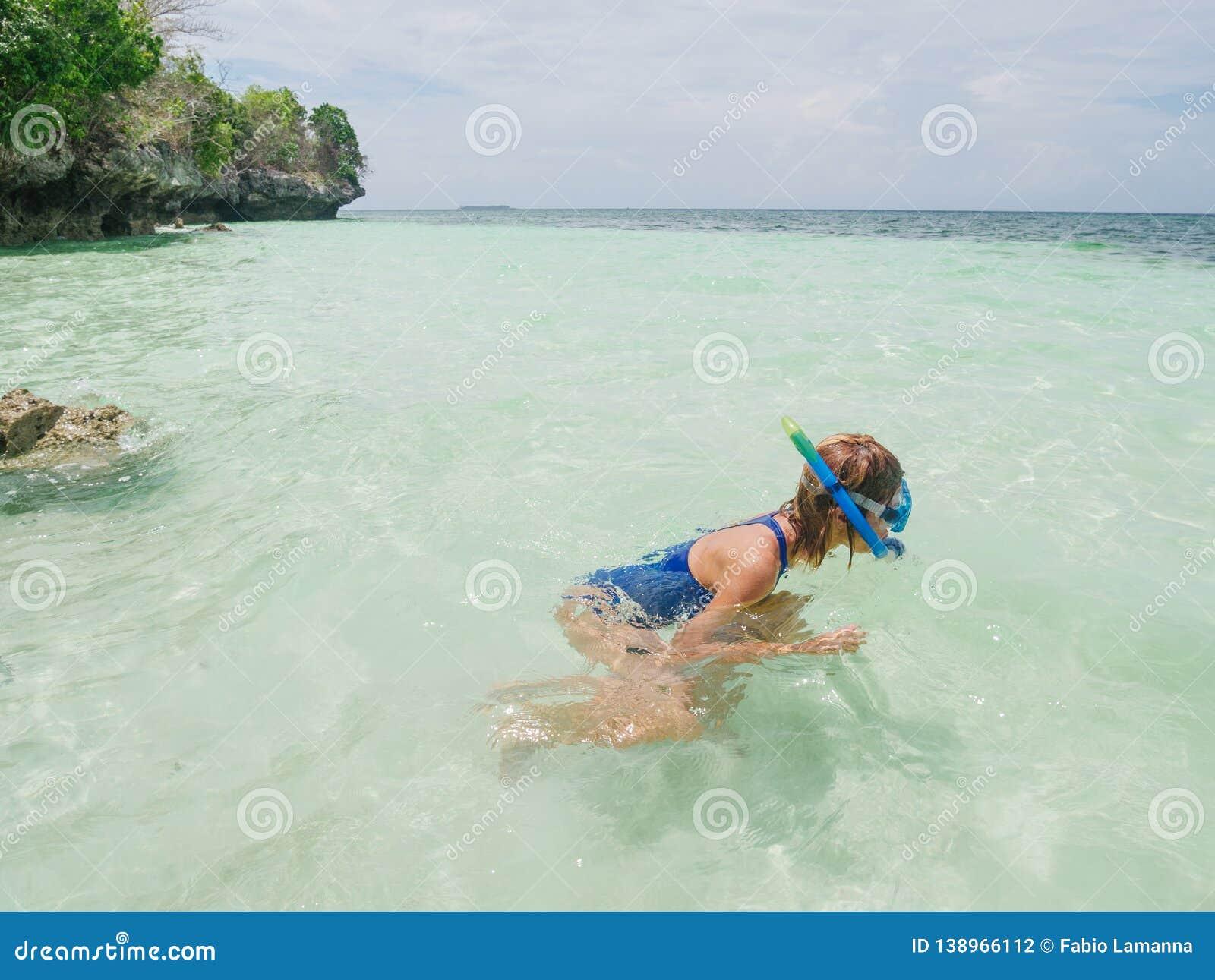 Frau, die auf tropischem karibischem Meer des Korallenriffs, blaues Wasser des Türkises schnorchelt Archipel Indonesiens Banda, M