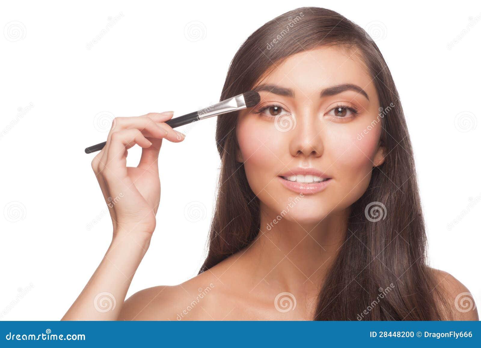 Frau, die Augenschminke anwendet