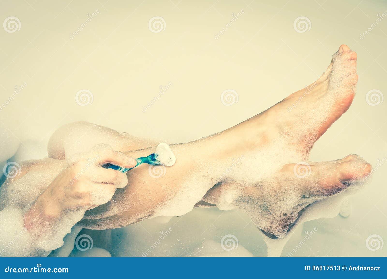 Frau Die Beine Mit Rasiermesser Im Badezimmer Retrostil Rasiert