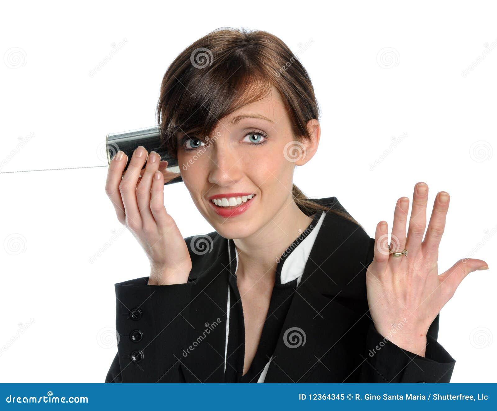 Frau, die Blechdose-Telefon verwendet