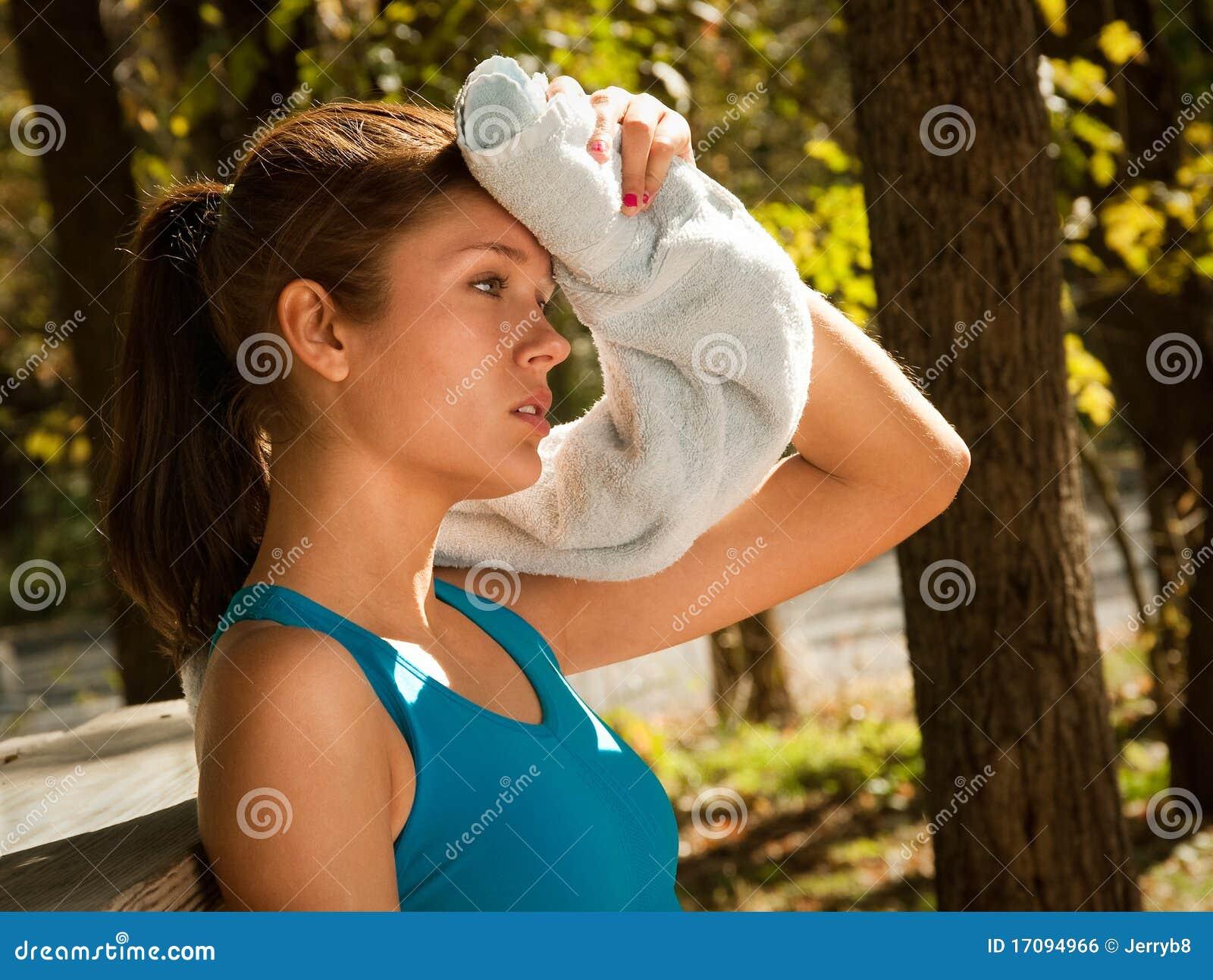 Frau, die Braue mit Tuch abwischt