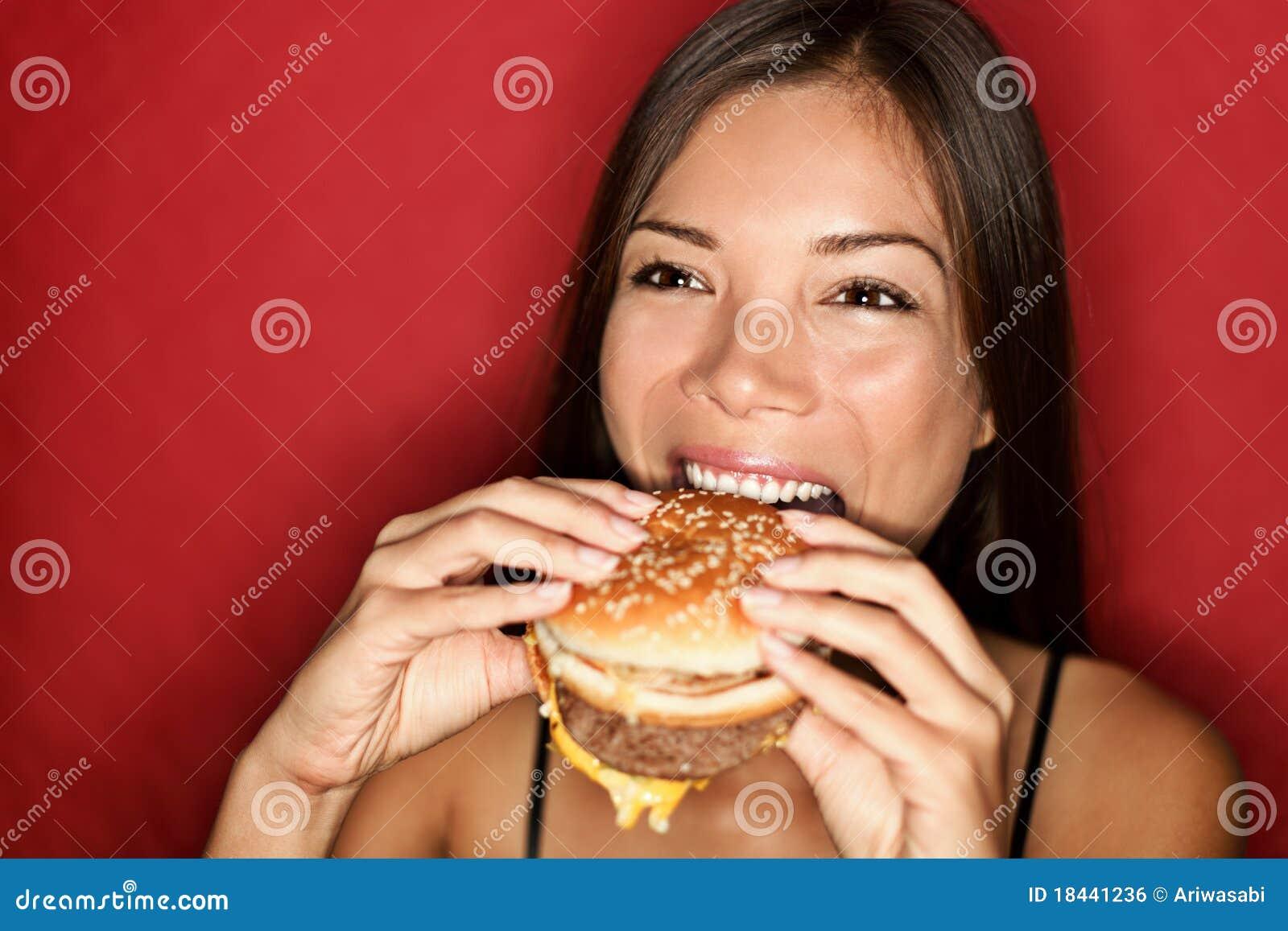 Frau, die Burger isst