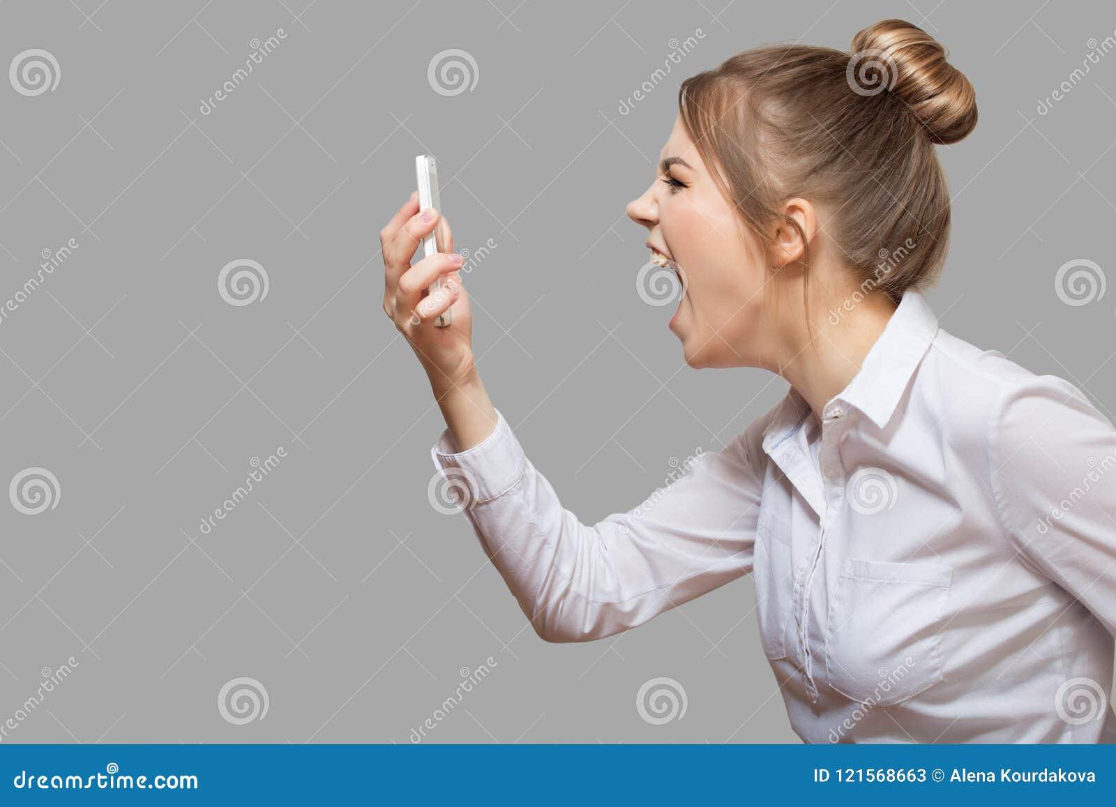 Frau, die in das Telefon schreit