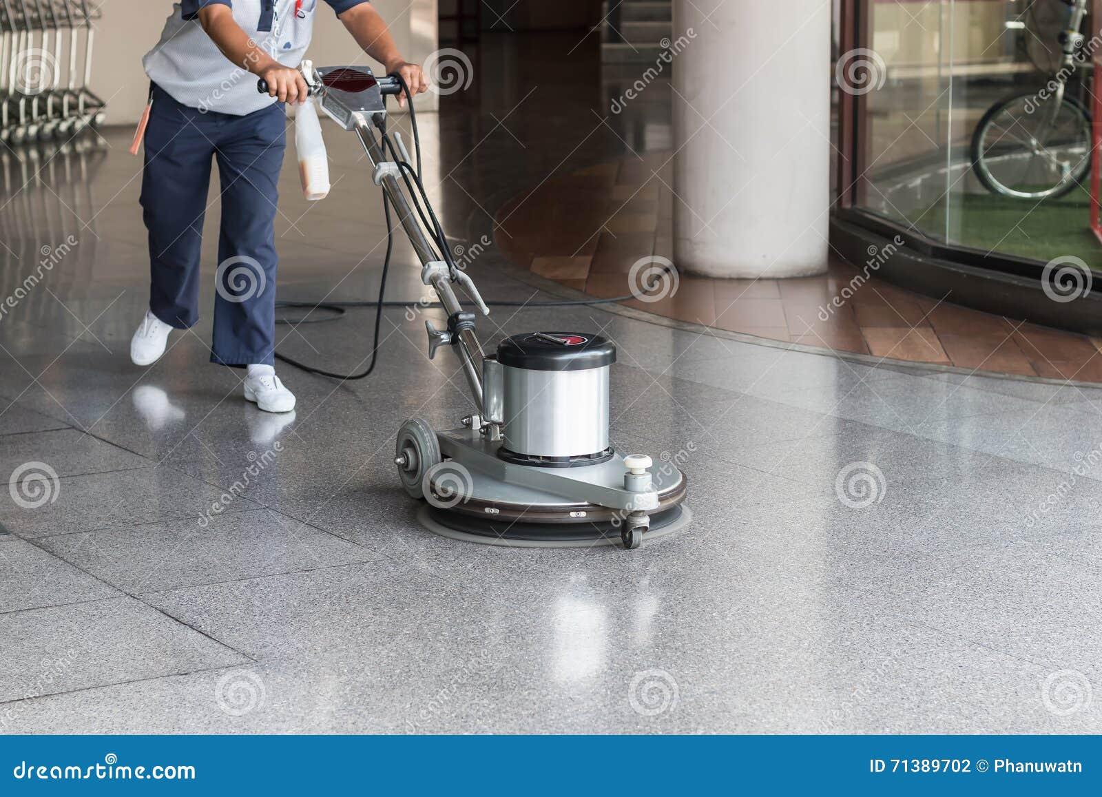 Fußboden Poliermaschine ~ Frau die den boden mit poliermaschine säubert stockfoto bild