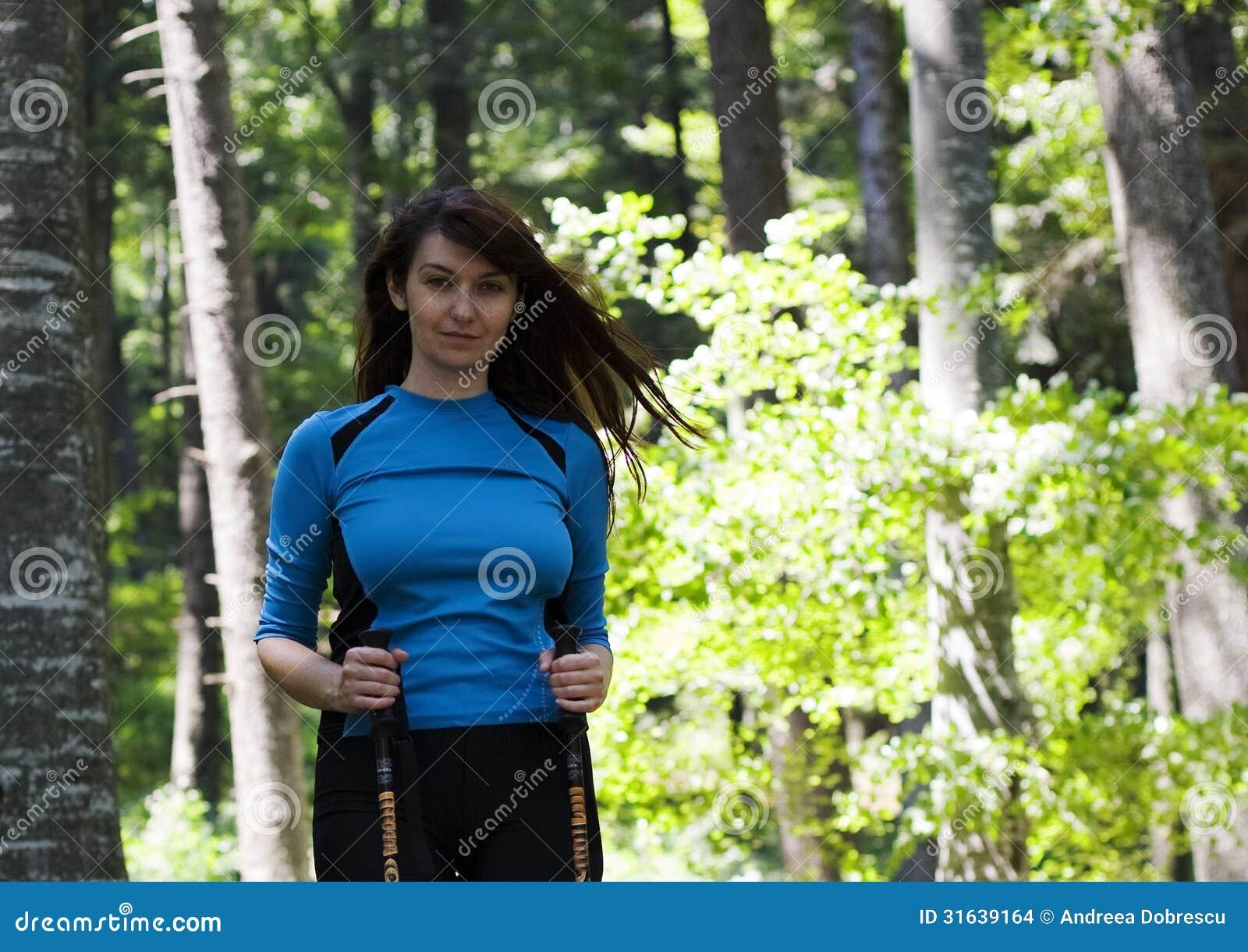 Frau, die in den Wald geht