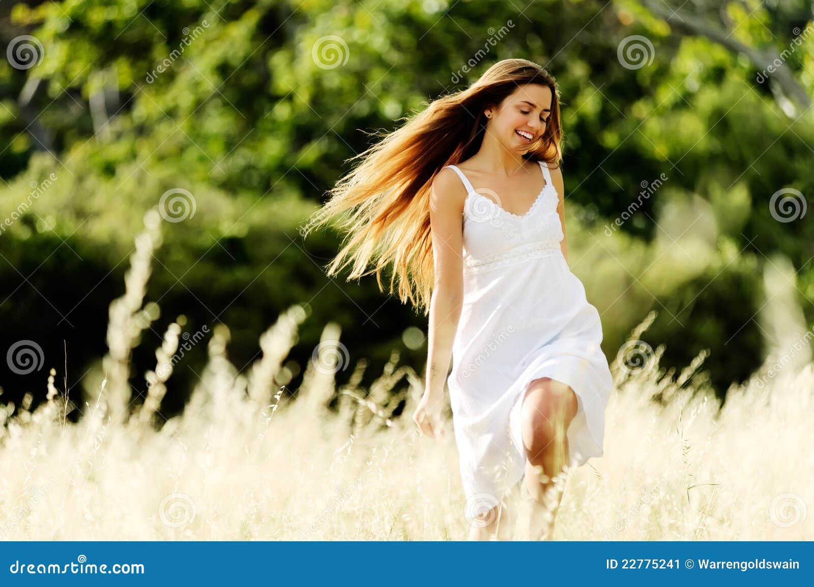 Frau, die draußen in ein Feld läuft